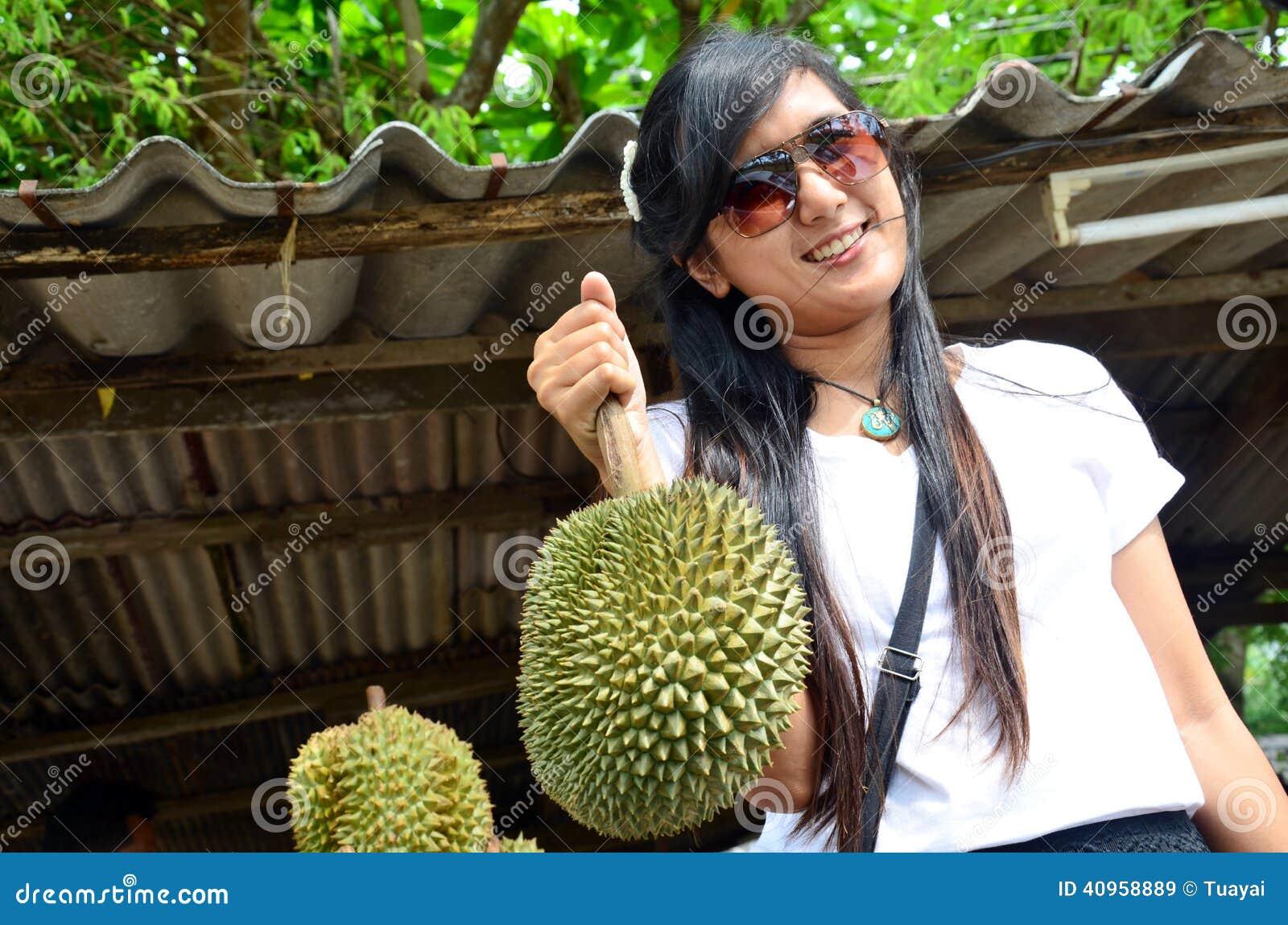 Mujeres que llevan el Durian