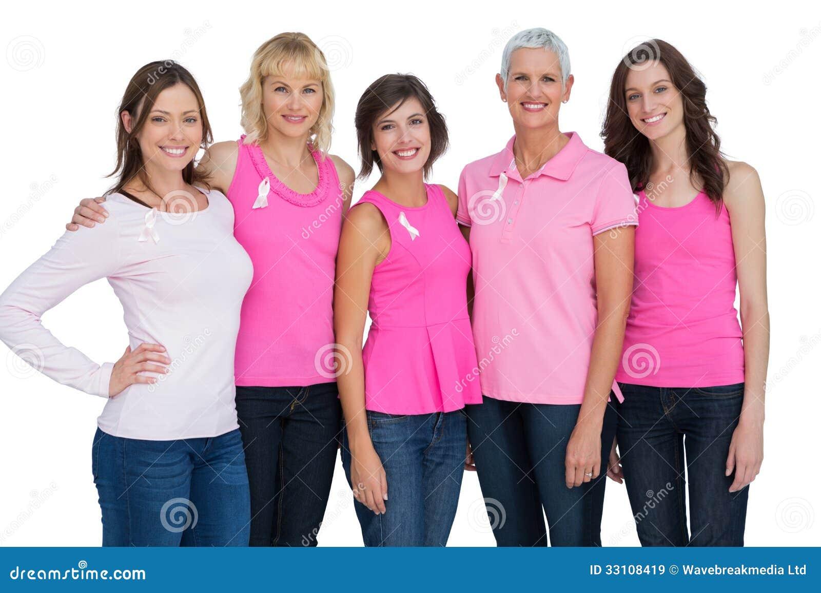 Mujeres que llevan el rosa para la conciencia del cáncer de pecho