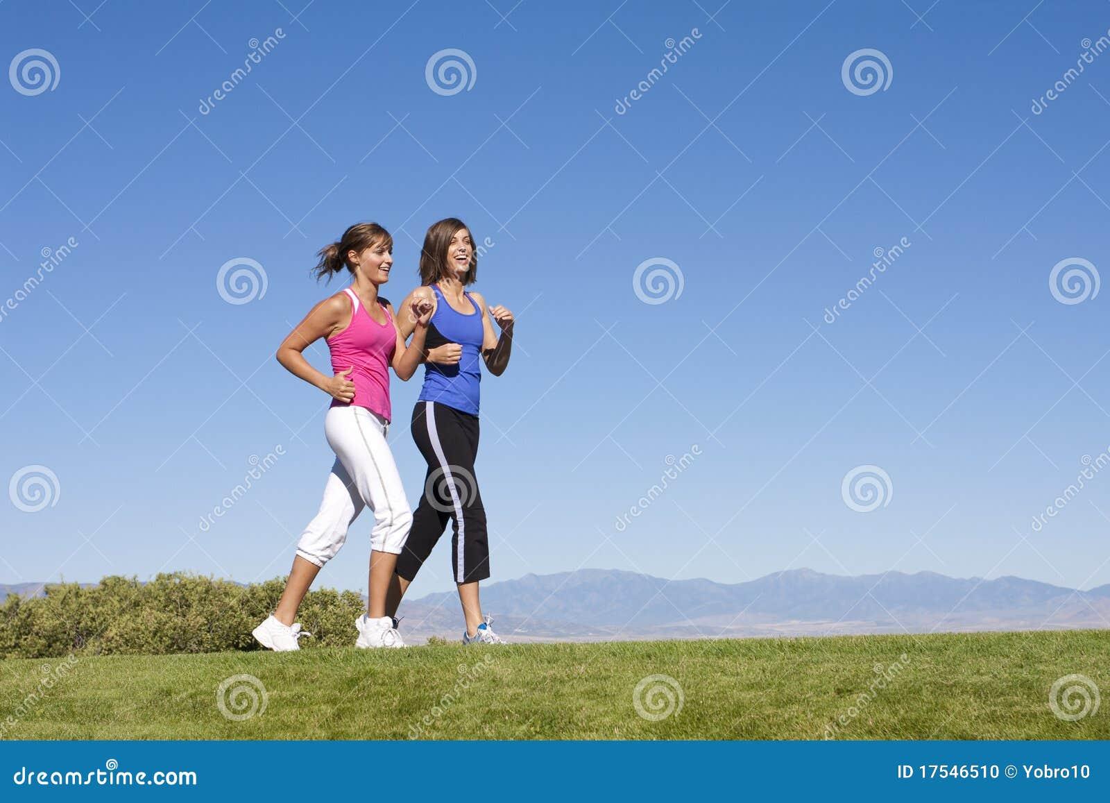 Mujeres que recorren, activando y ejercicios