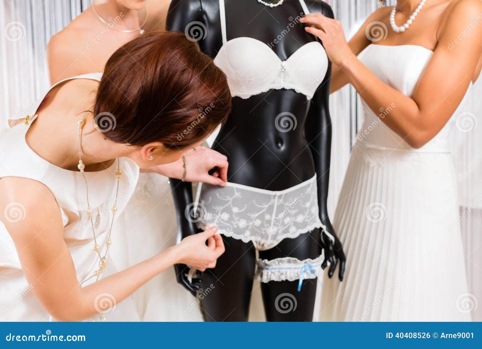 Mujeres que seleccionan la ropa interior nupcial en tienda for Tias buenas en ropa interior