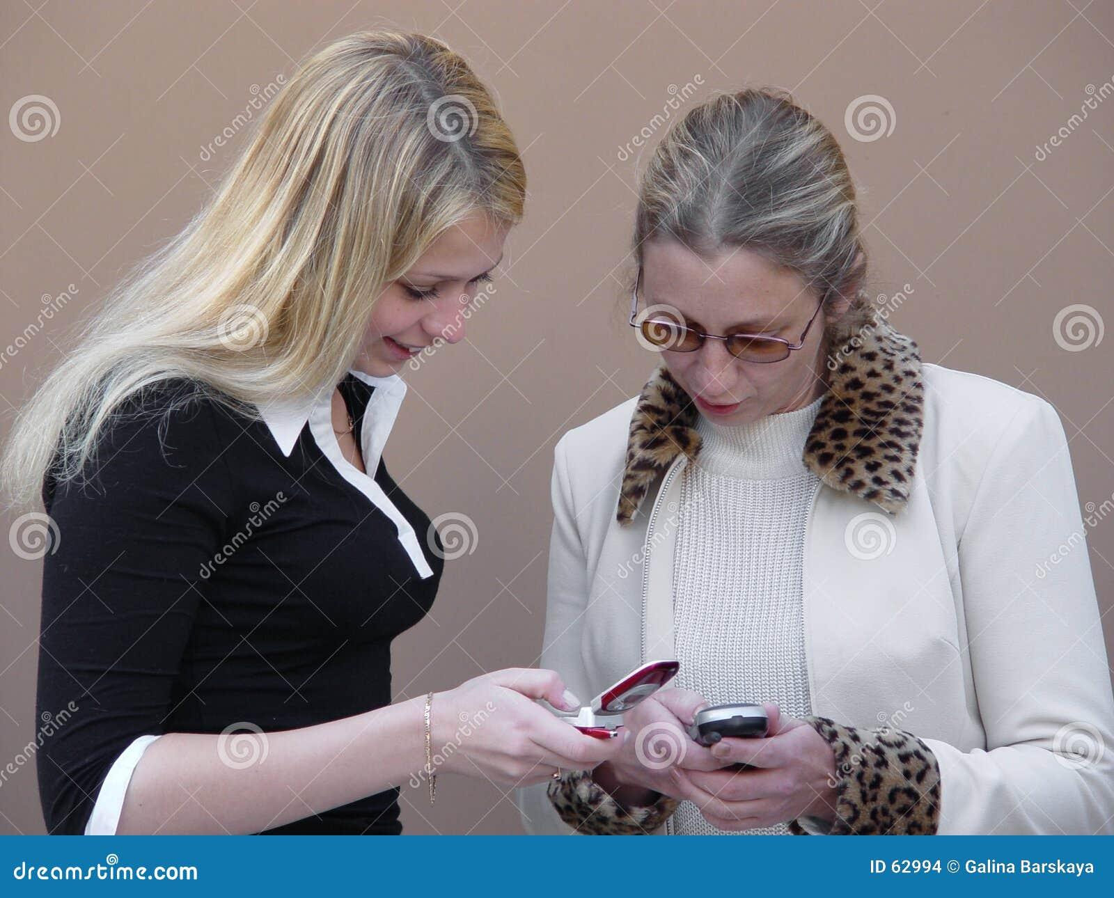 Mujeres rubias con los teléfonos