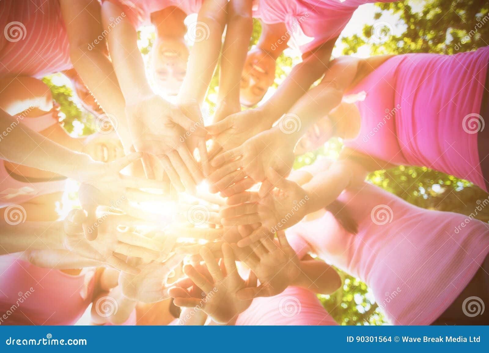 Mujeres sonrientes que organizan el evento para la conciencia del cáncer de pecho
