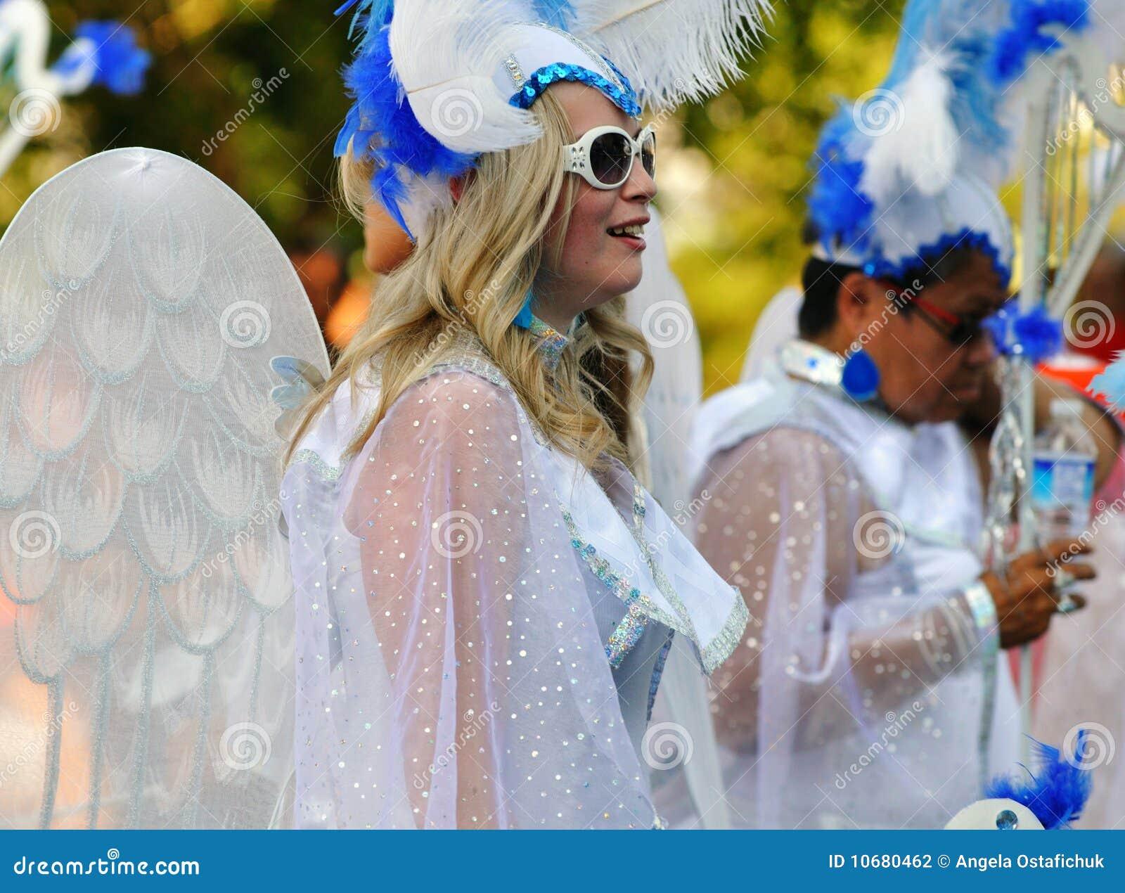 Mujeres Vestidas Como ángeles En Un Desfile Fotografía Editorial