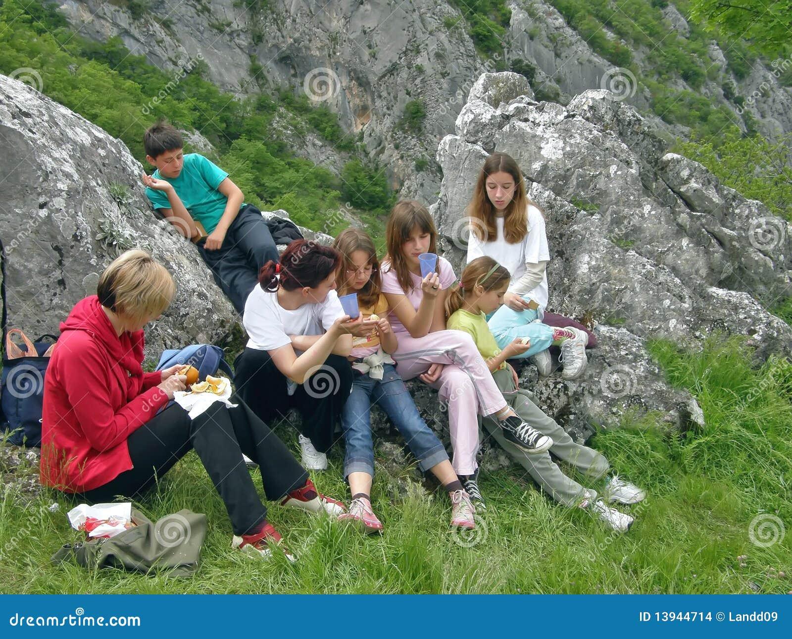 Mujeres y niños en picnick en la montaña