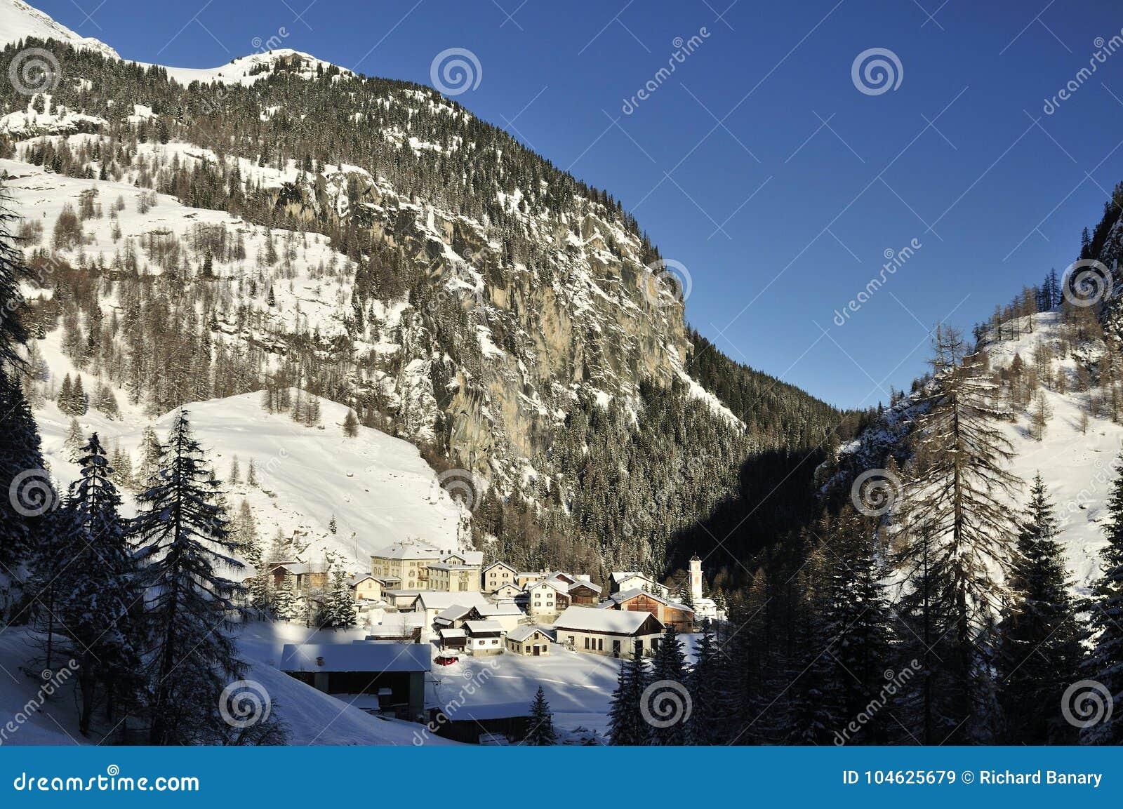 Download Mulegns, Albula-Alpen, Zwitserland Redactionele Stock Afbeelding - Afbeelding bestaande uit architectuur, waaier: 104625679