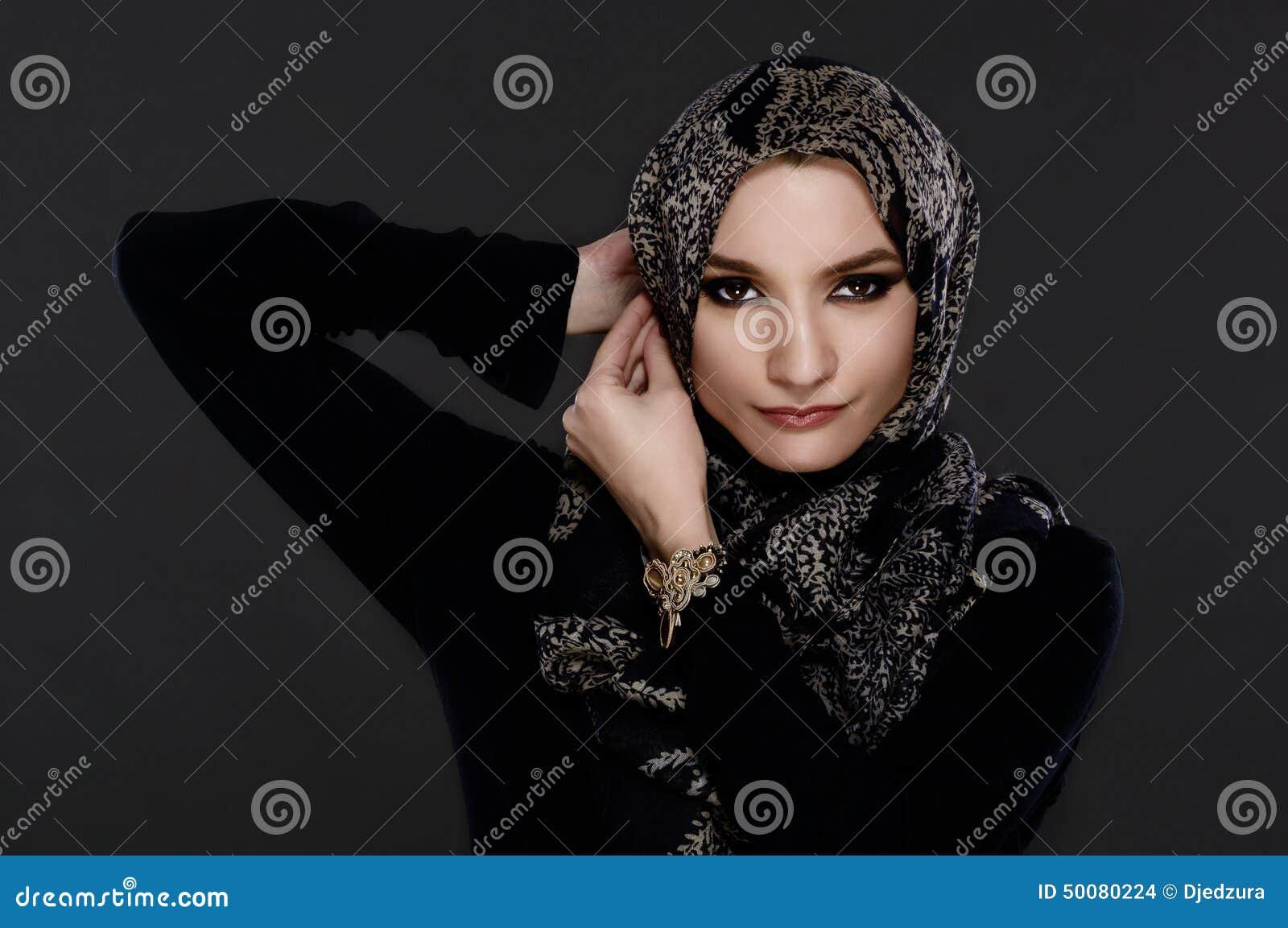 Mulher árabe bonita que veste Abaya
