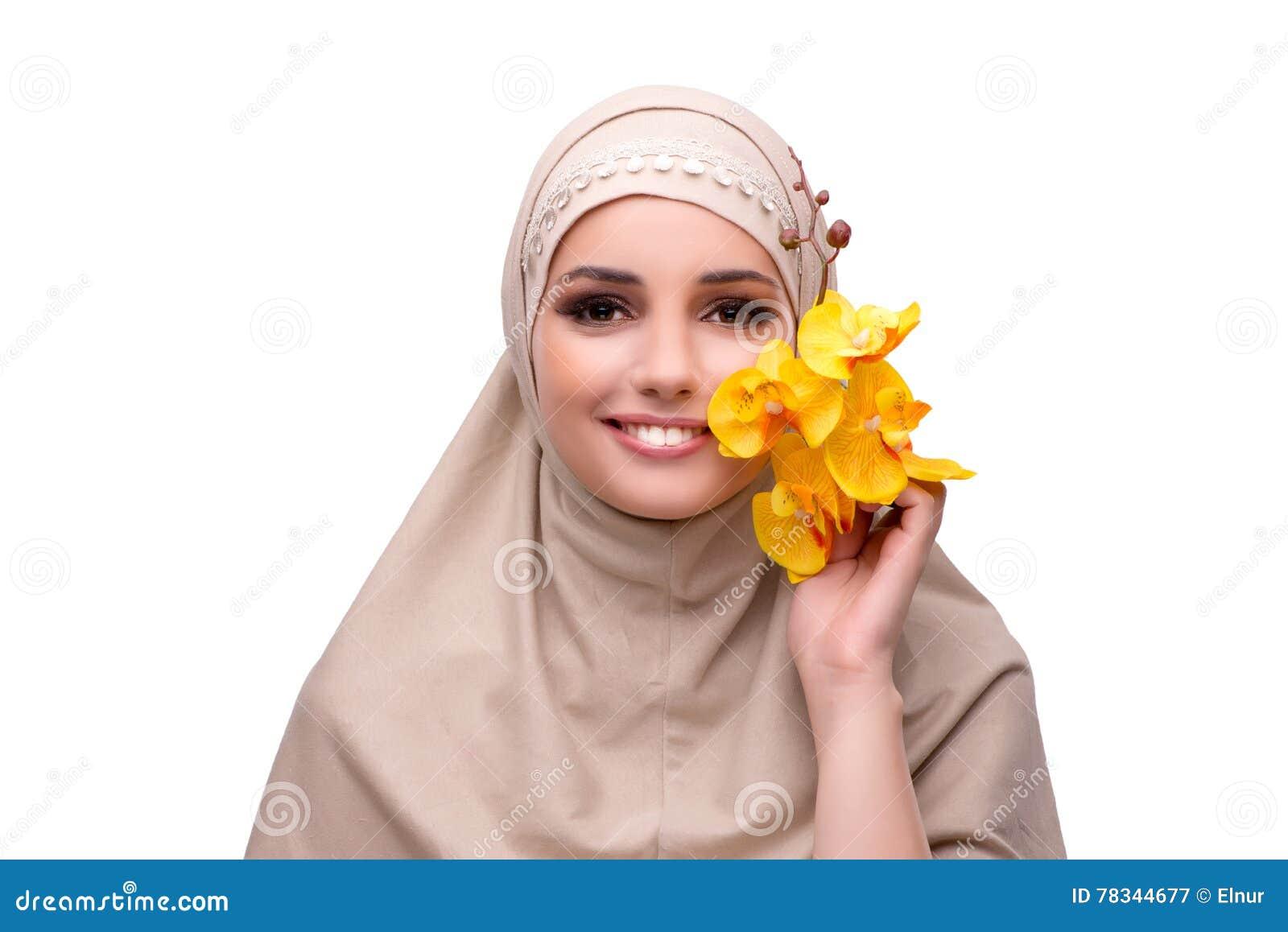 A mulher árabe com a flor da orquídea isolada no branco