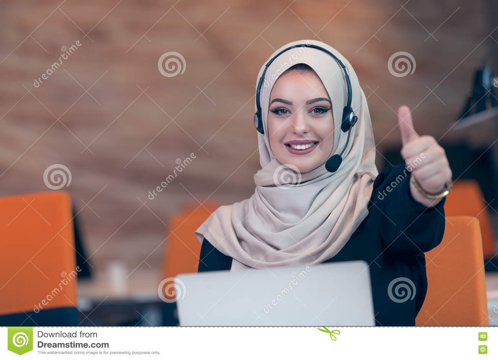 Mulher árabe do operador bonito do telefone que trabalha no escritório startup