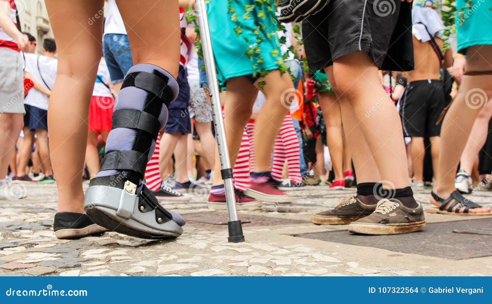 A mulher é com seu pé imobilizado Corajoso e determinado a