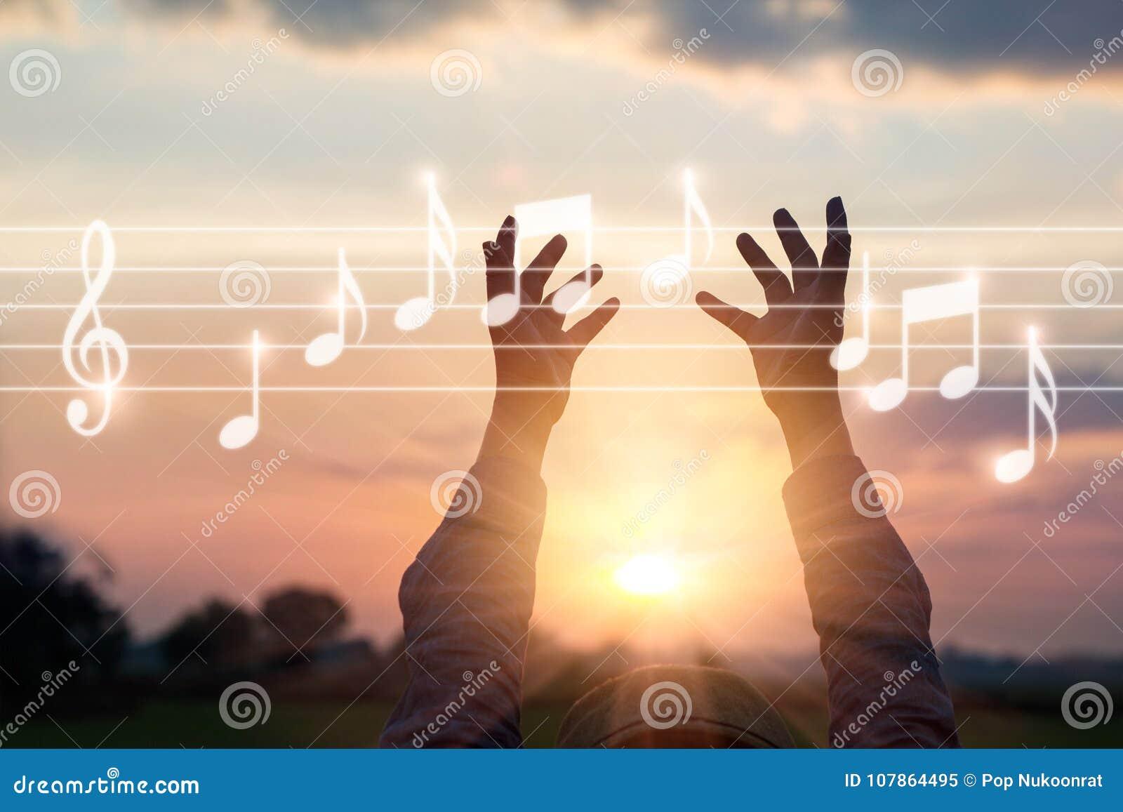 A mulher abstrata entrega notas tocantes da música no fundo da natureza,