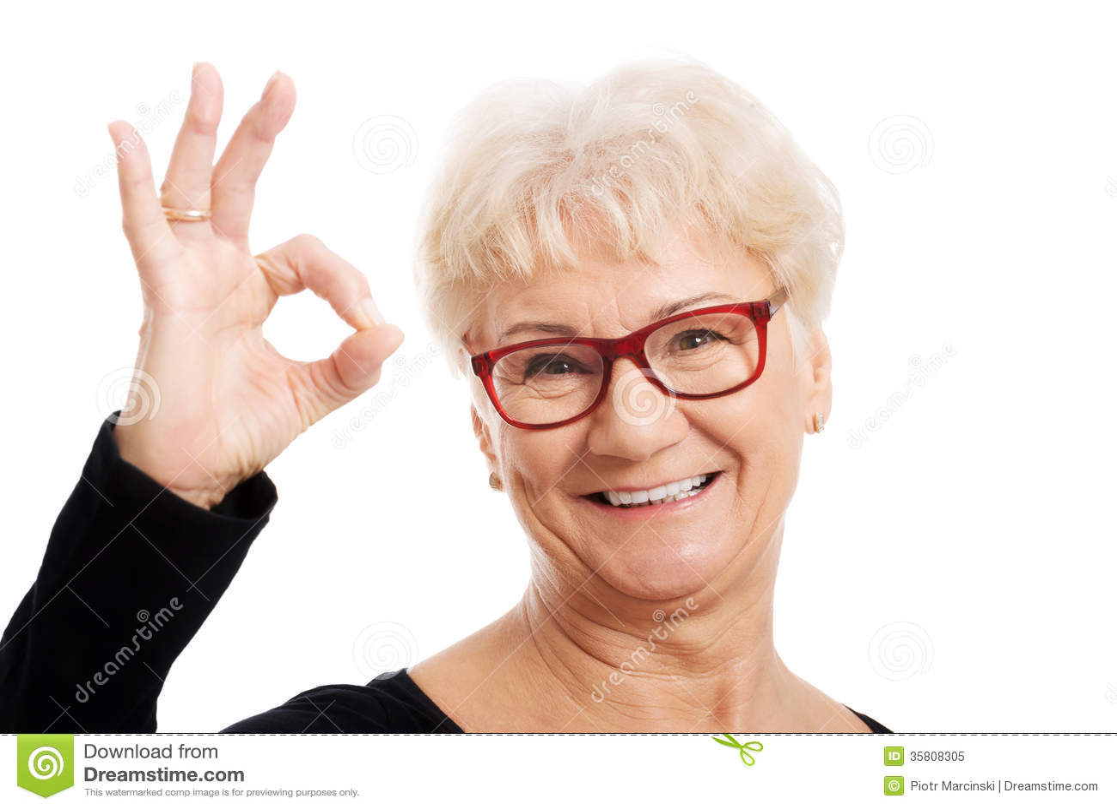 Mulher adulta feliz nos vidros do olho que mostram ESTÁ BEM.