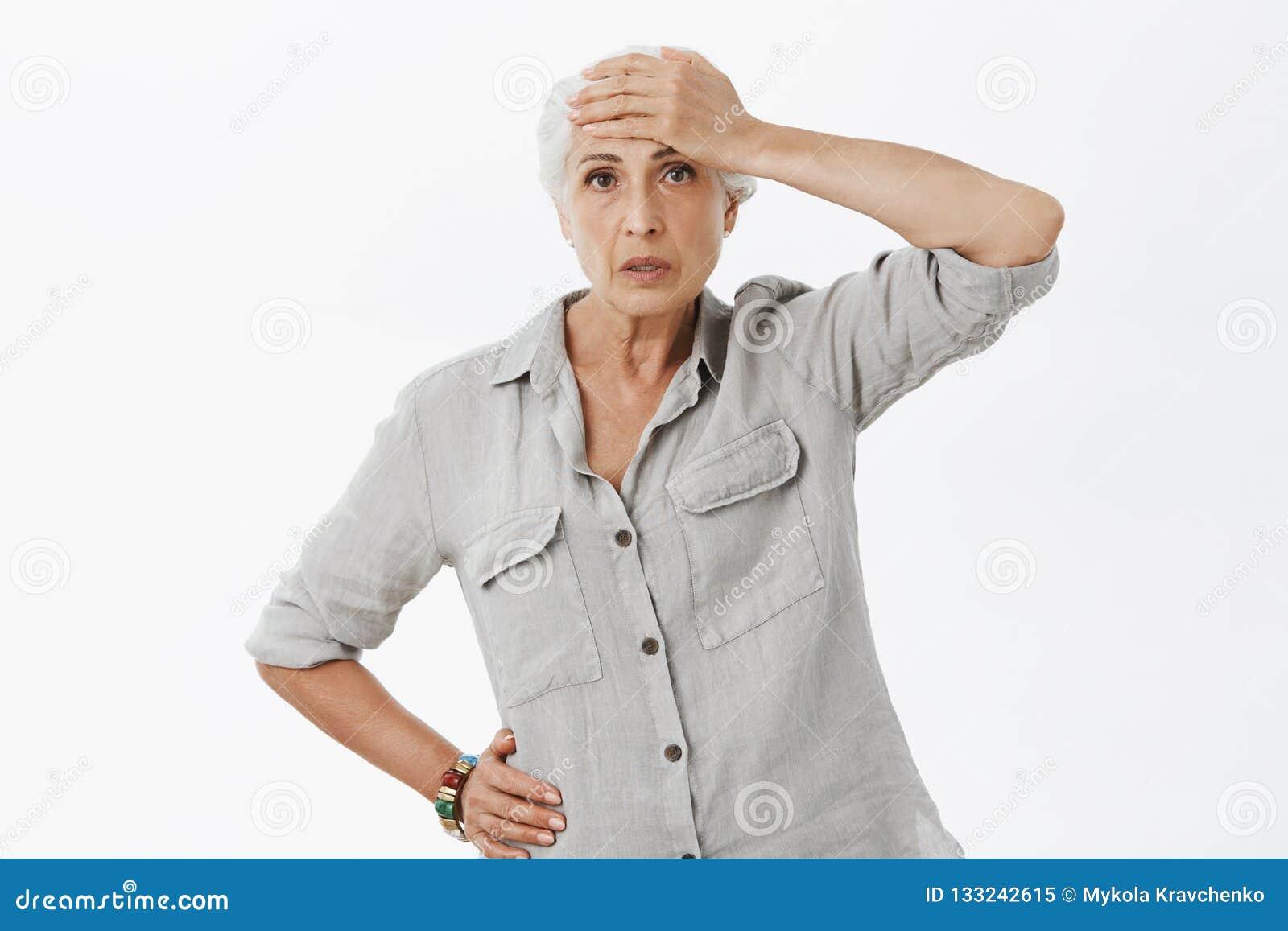 A mulher adulta não pode segurar a pressão que ocupa do neto energizado Retrato de pessoas idosas incomodadas cansados e drenadas