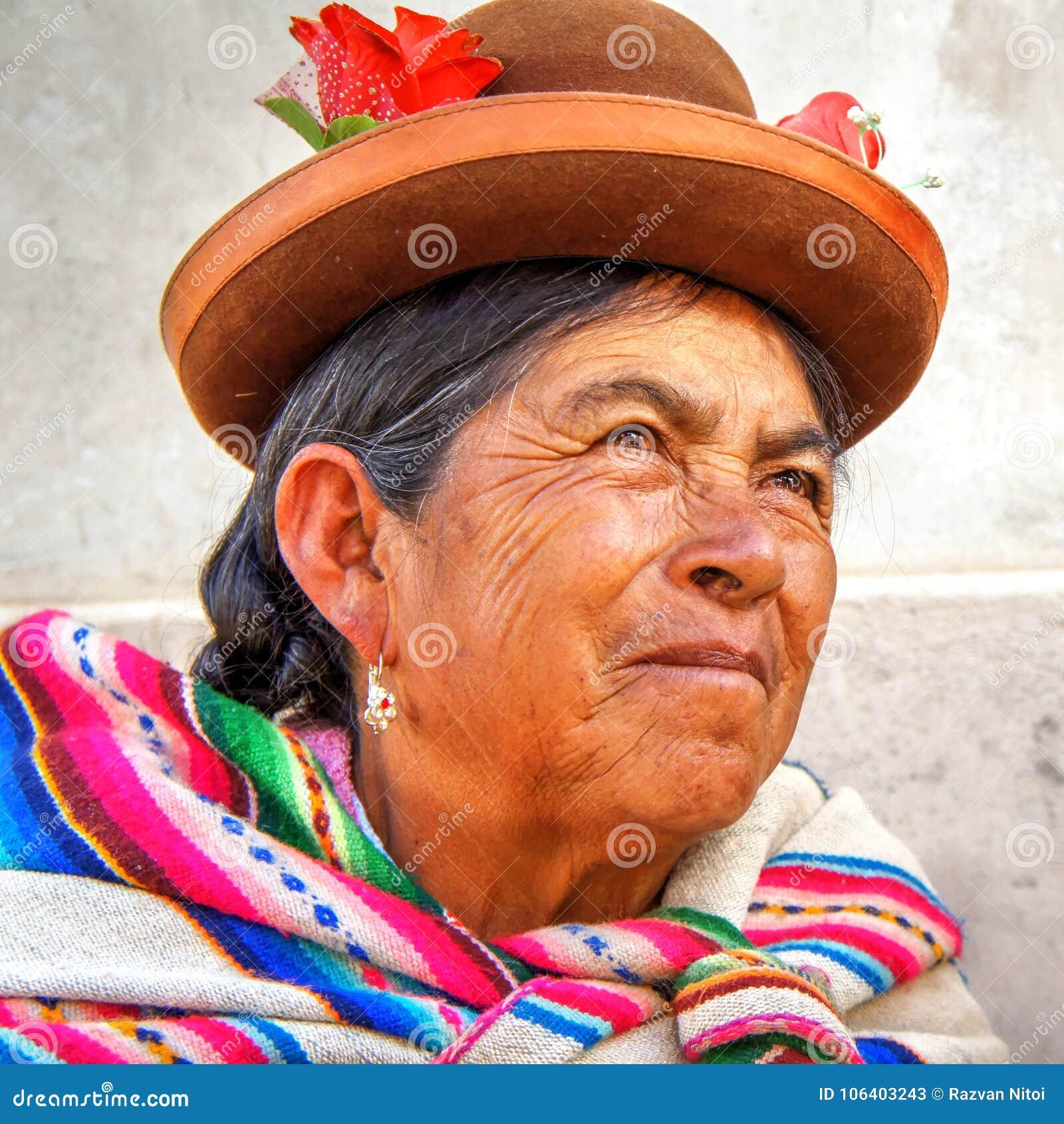 Mulher adulta nativa Quechua do retrato do Peru