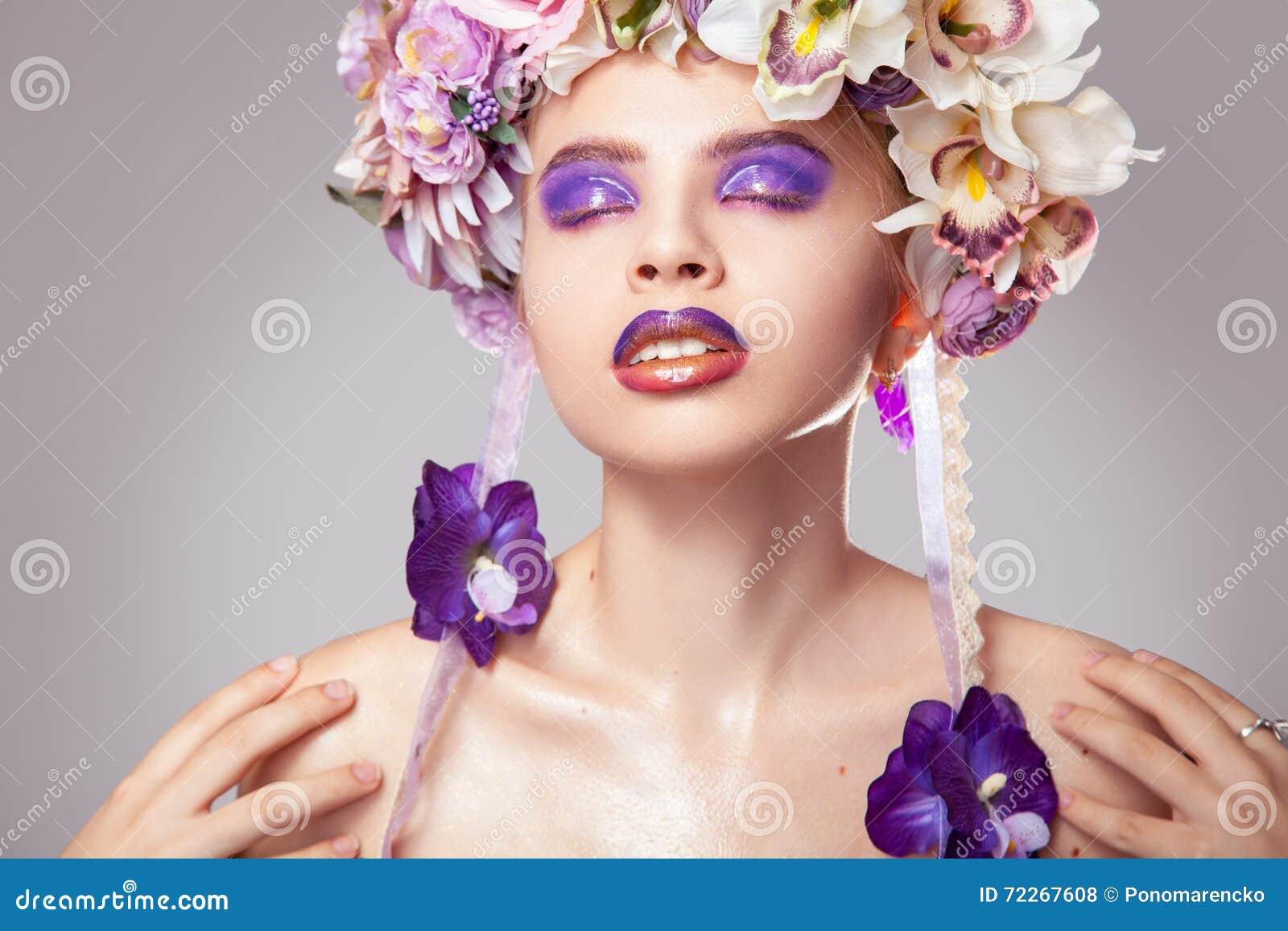 Mulher adulta nova do retrato brilhante com a grinalda na cabeça