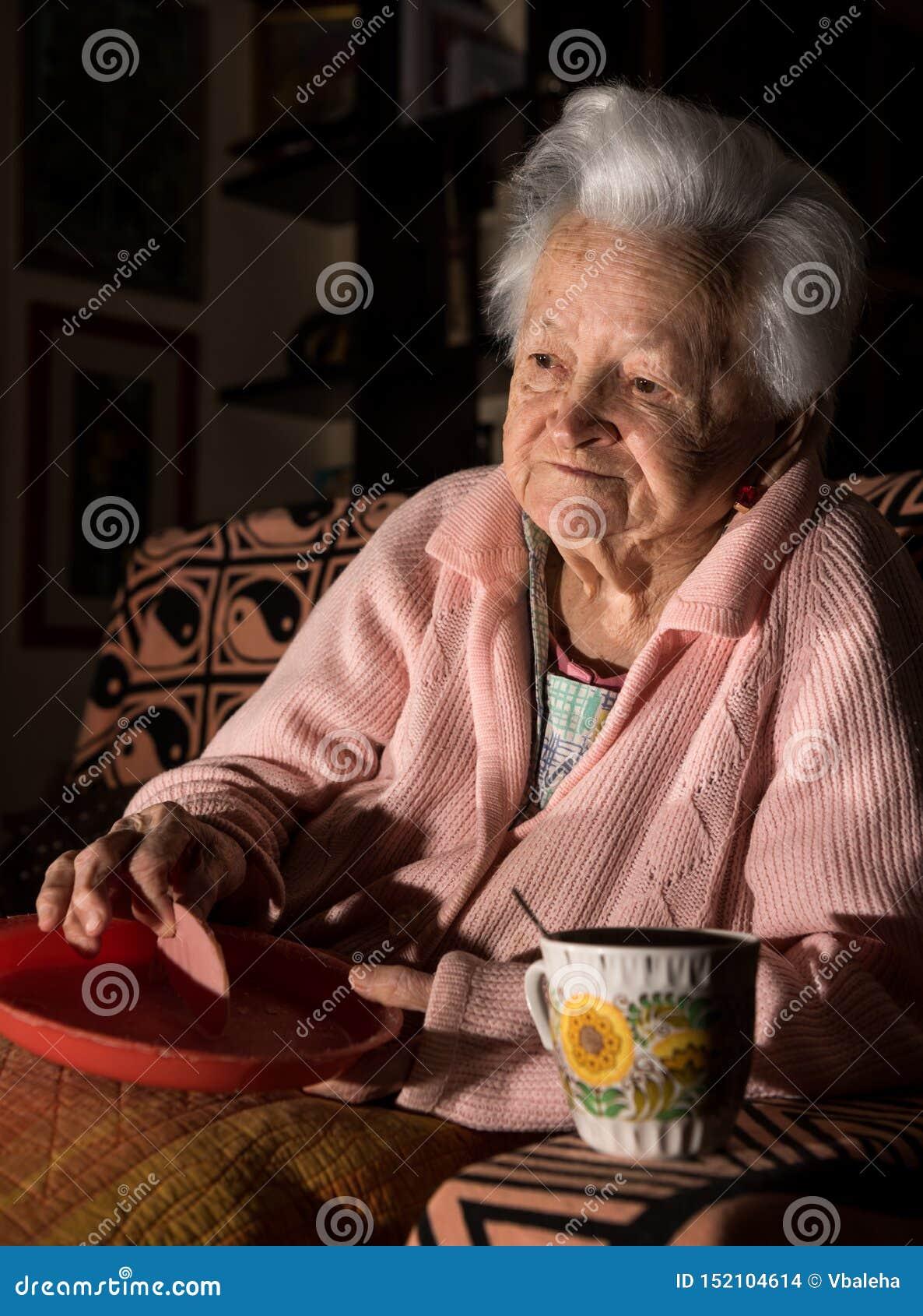 Mulher adulta que come o almoço