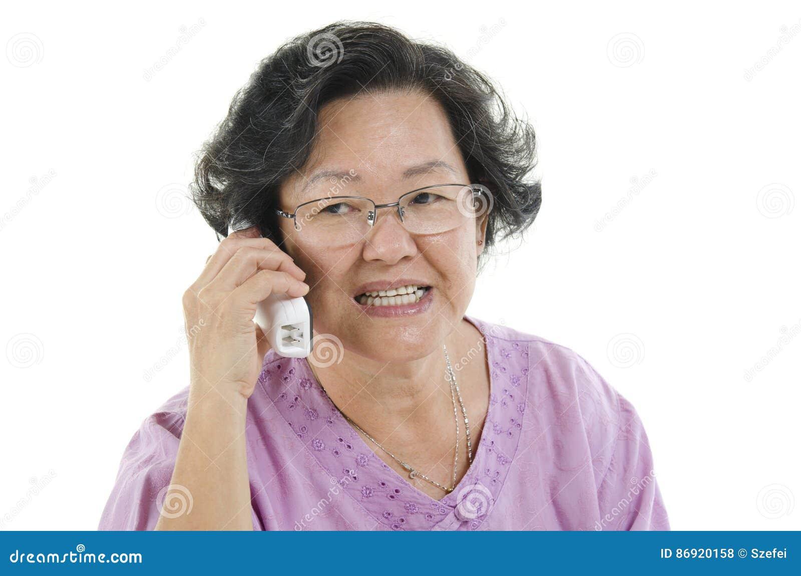 Mulher adulta superior no telefone