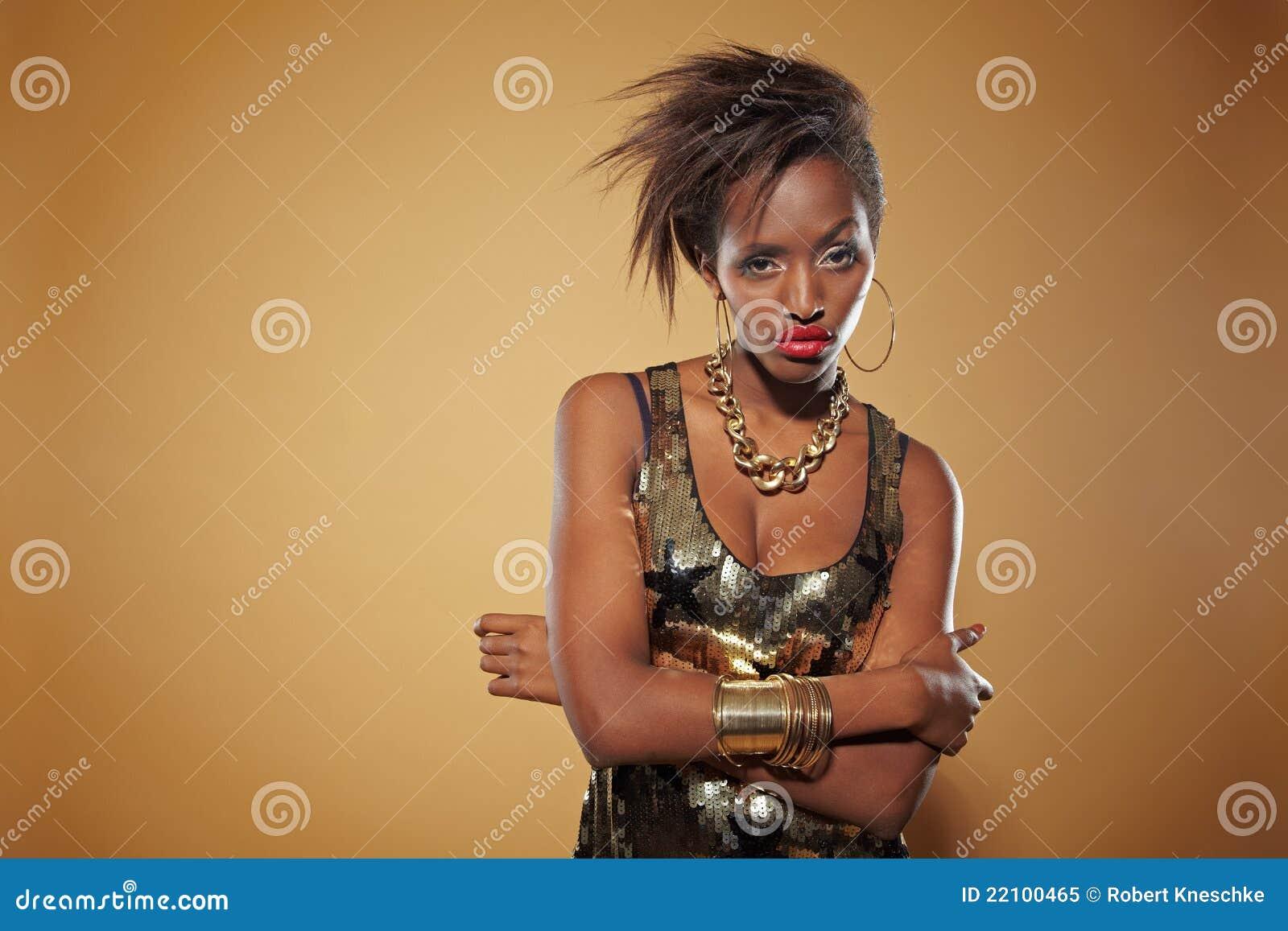 Mulher africana à moda que olha seriamente