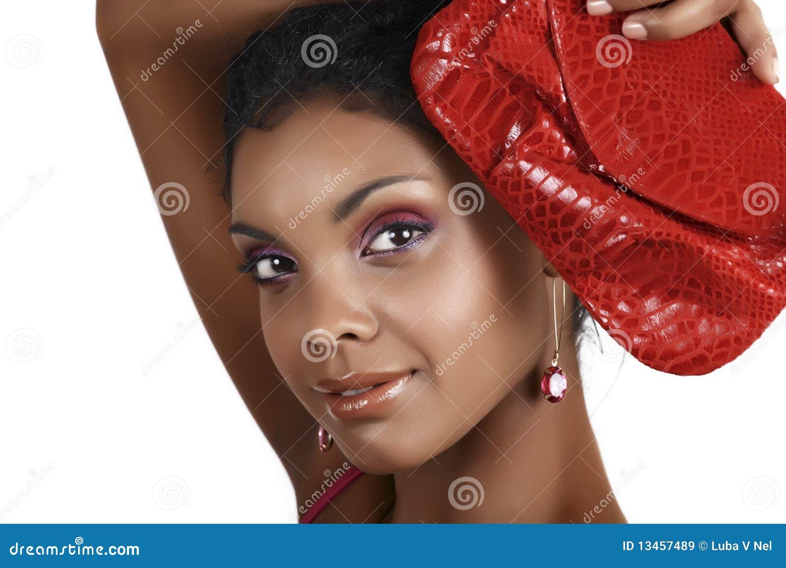 Mulher africana com sombras cor-de-rosa