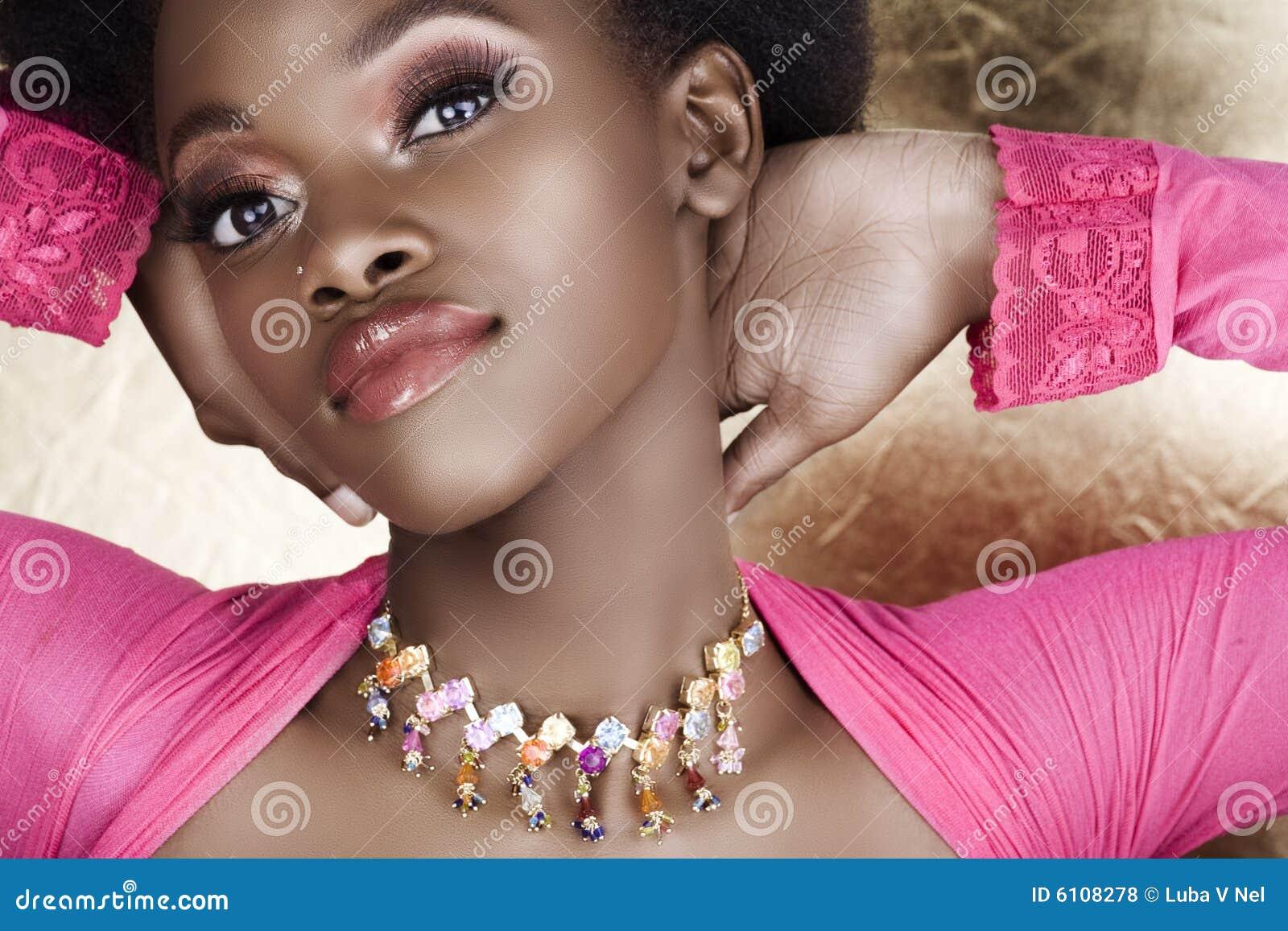 Mulher africana cor-de-rosa