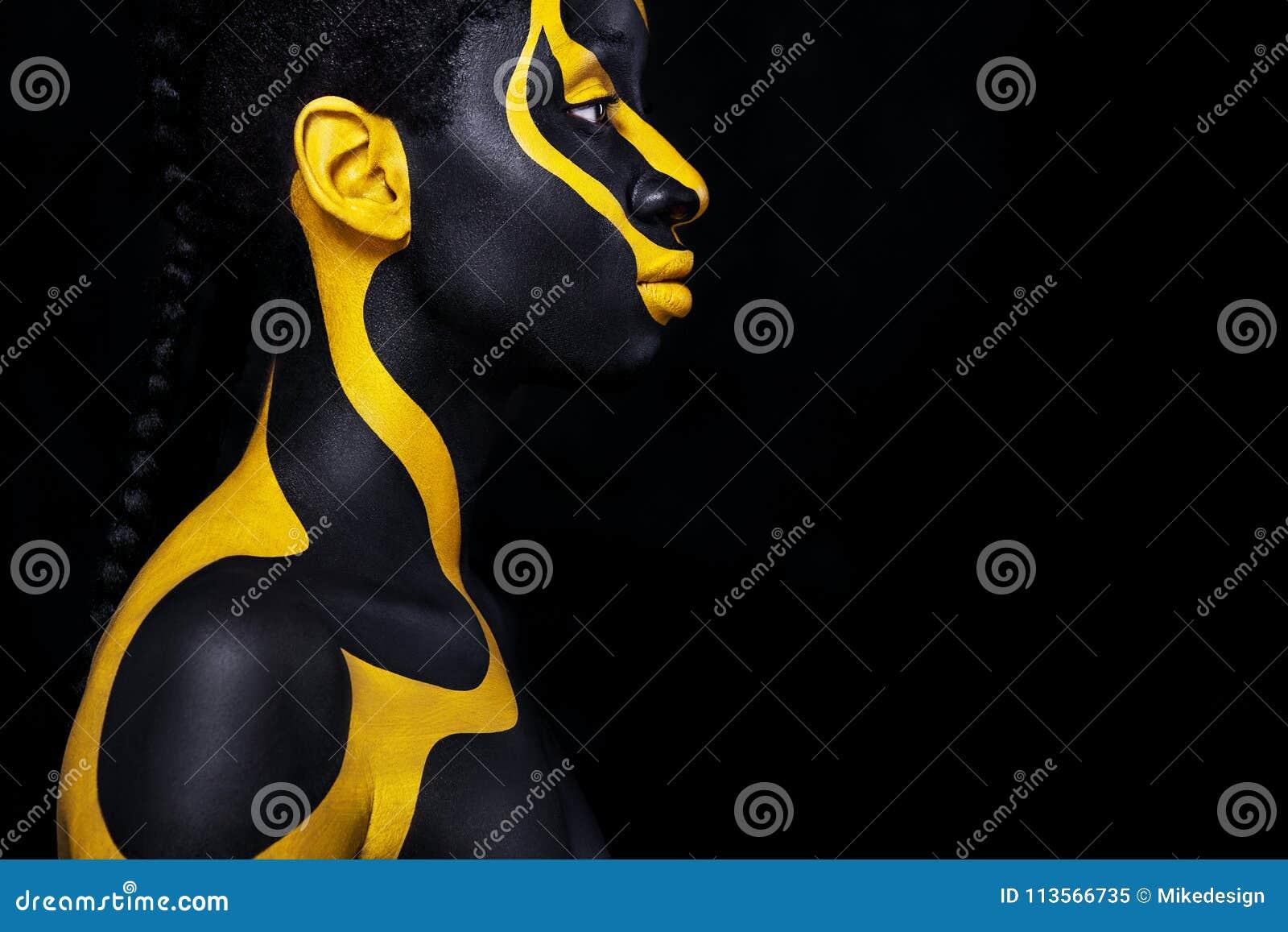 Mulher africana nova alegre com composição da forma da arte Uma mulher surpreendente com composição preta e amarela