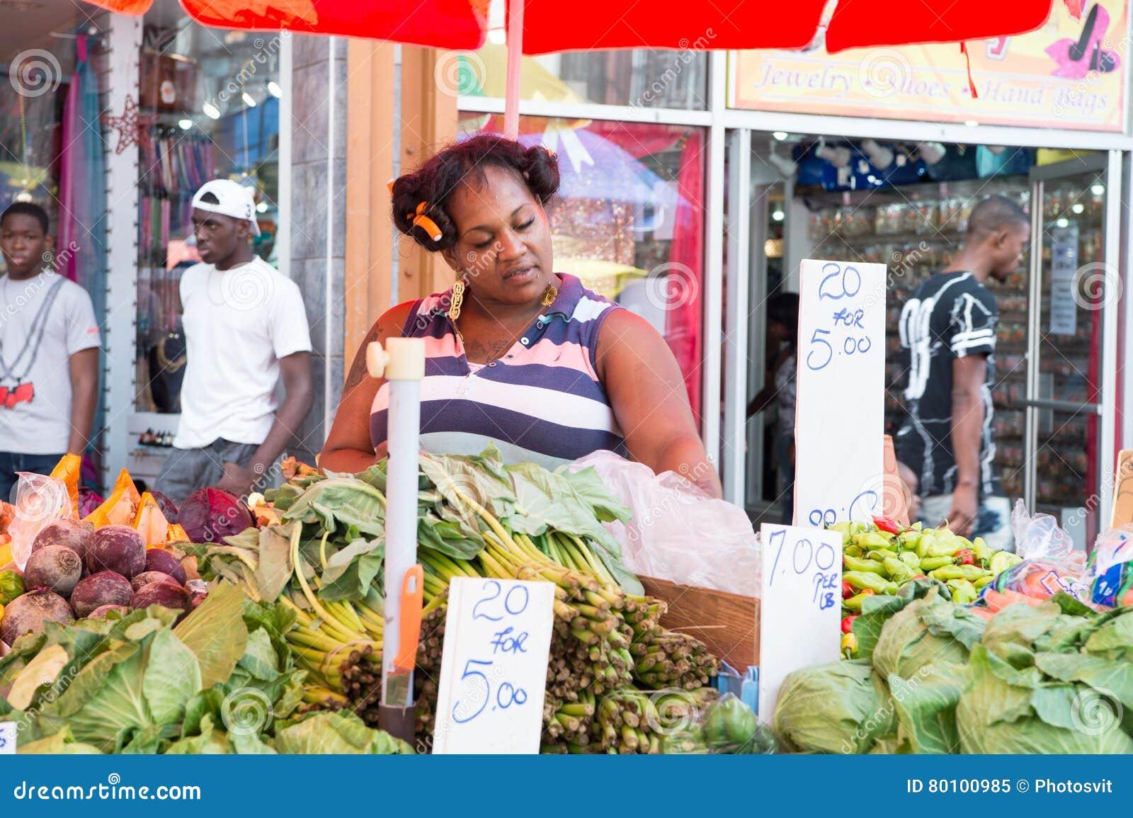 A mulher africana vende vegetais