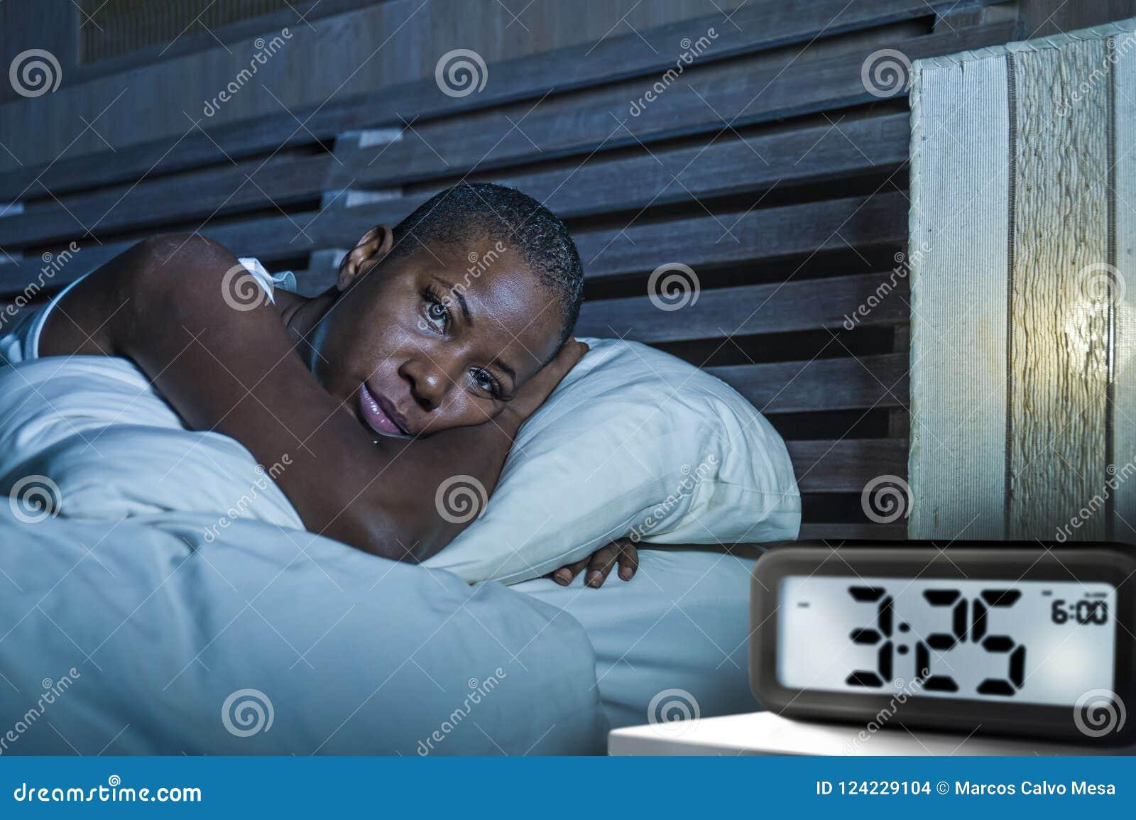 Mulher afro-americana preta deprimida triste nova acordada no problema de sofrimento sem sono da ansiedade da desordem de sono da