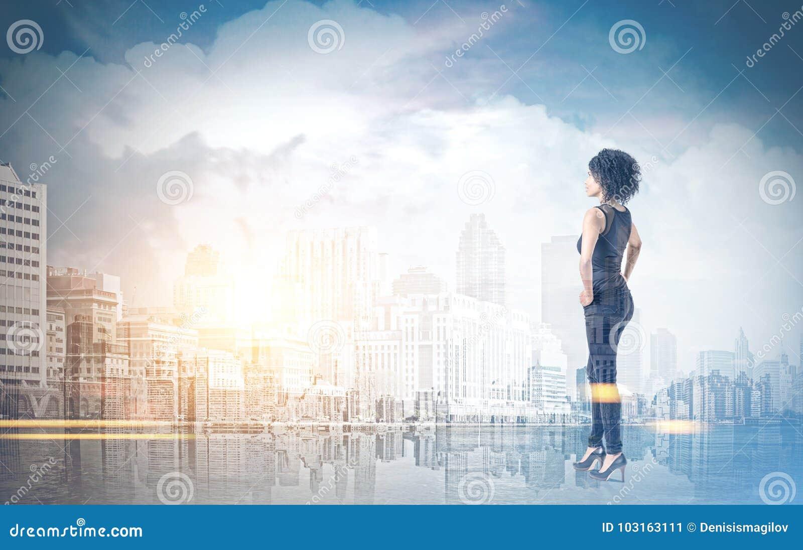 Mulher afro-americano com mãos na cintura, cidade