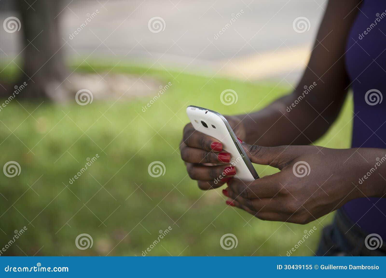 Mulher afro-americano no telefone esperto