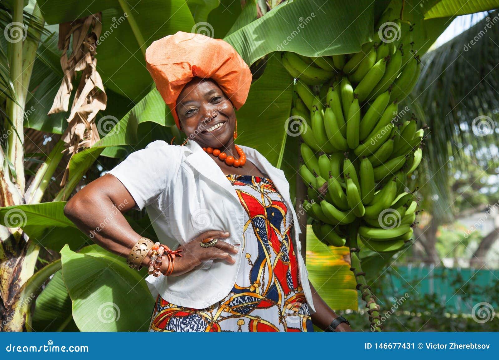 Mulher afro-americano que veste um vestido nacional colorido brilhante