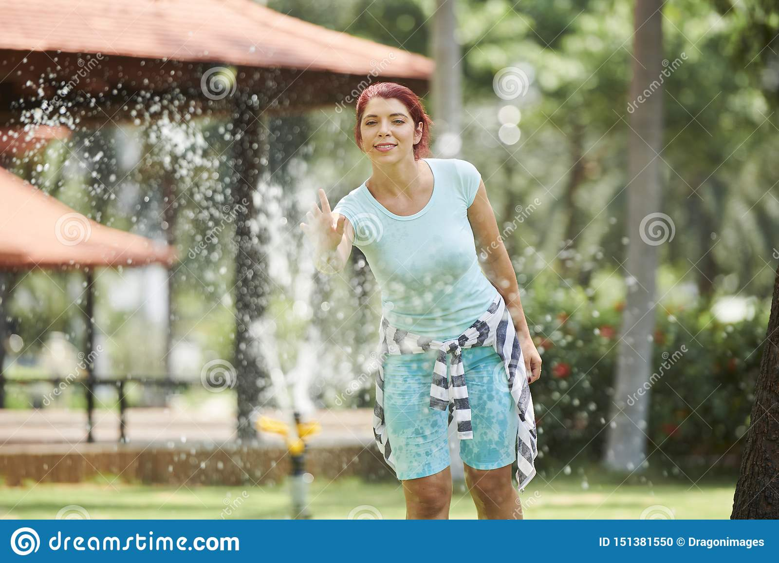 Mulher alegre na fonte do parque