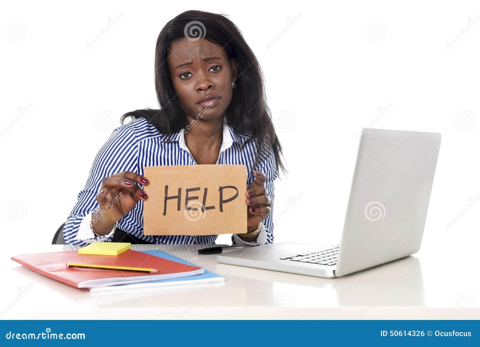 Mulher americana da afiliação étnica do africano negro no esforço de trabalho em pedir a ajuda