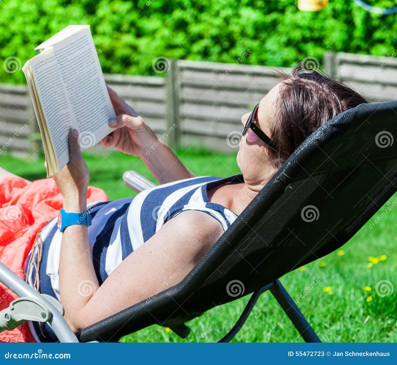 Mulher ao ler um livro