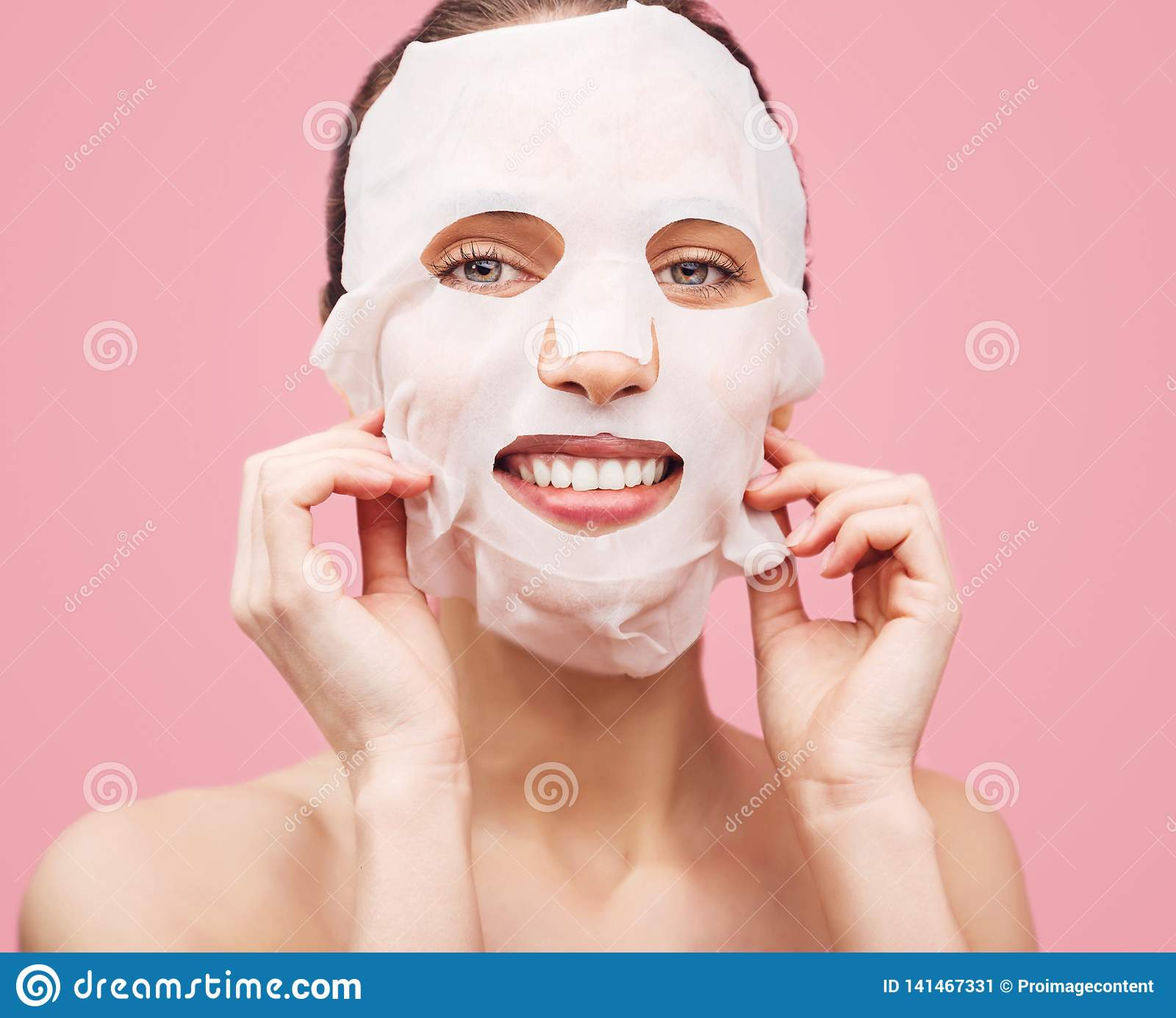 A mulher aplicou uma máscara de limpeza