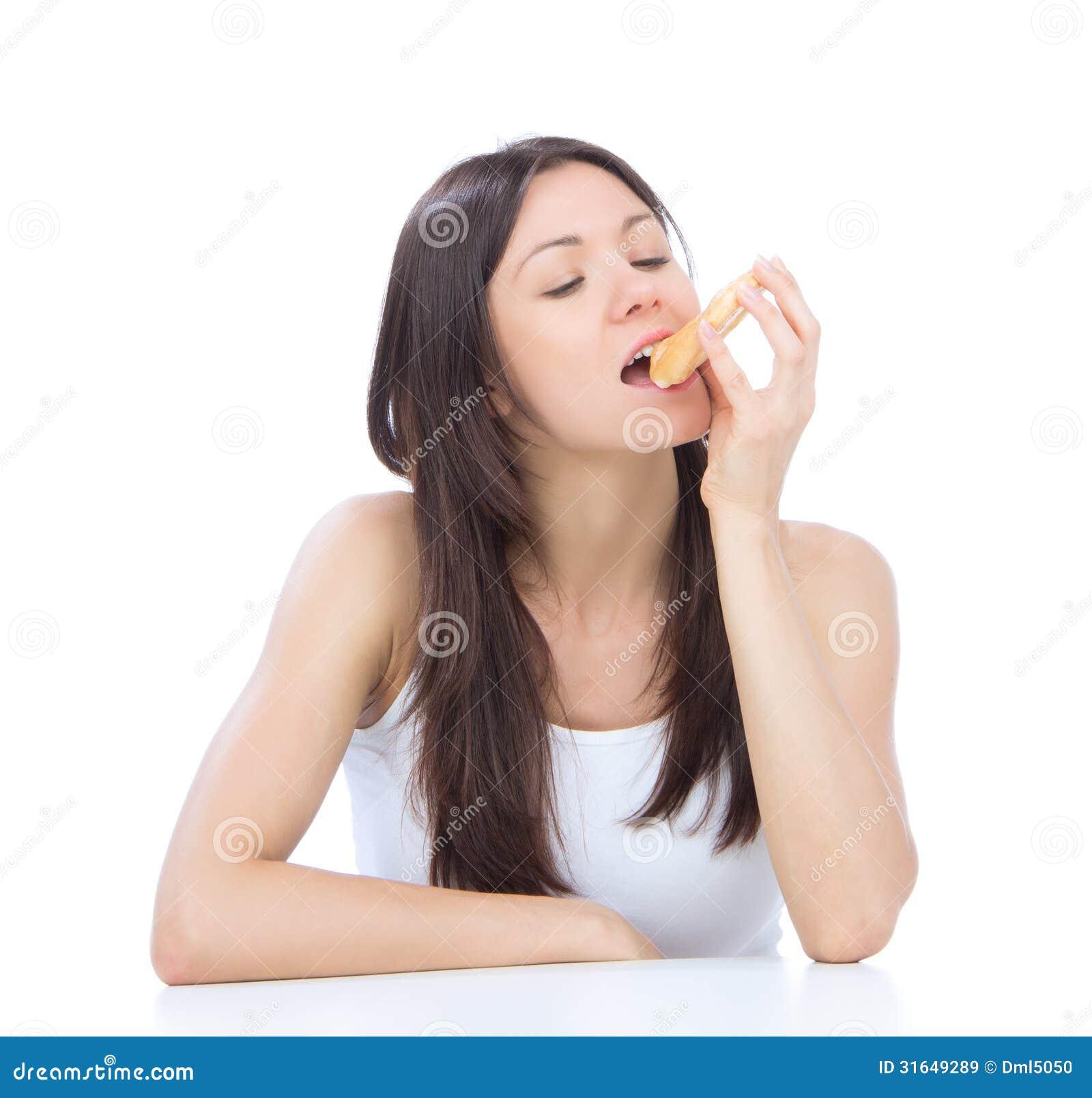 A mulher aprecia a filhós doce. Comida lixo insalubre