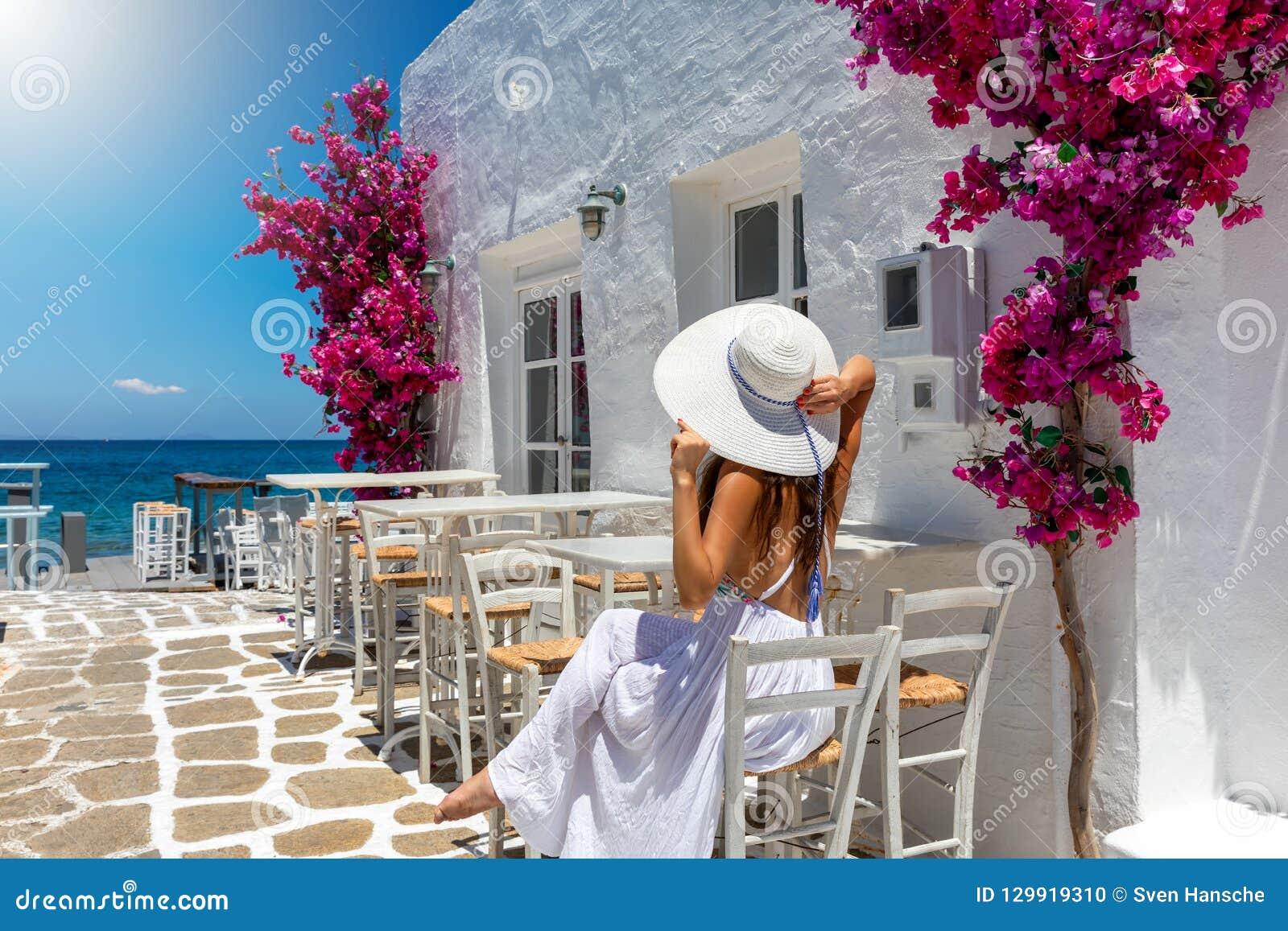 A mulher aprecia o ajuste nas ilhas de Cyclades de Grécia