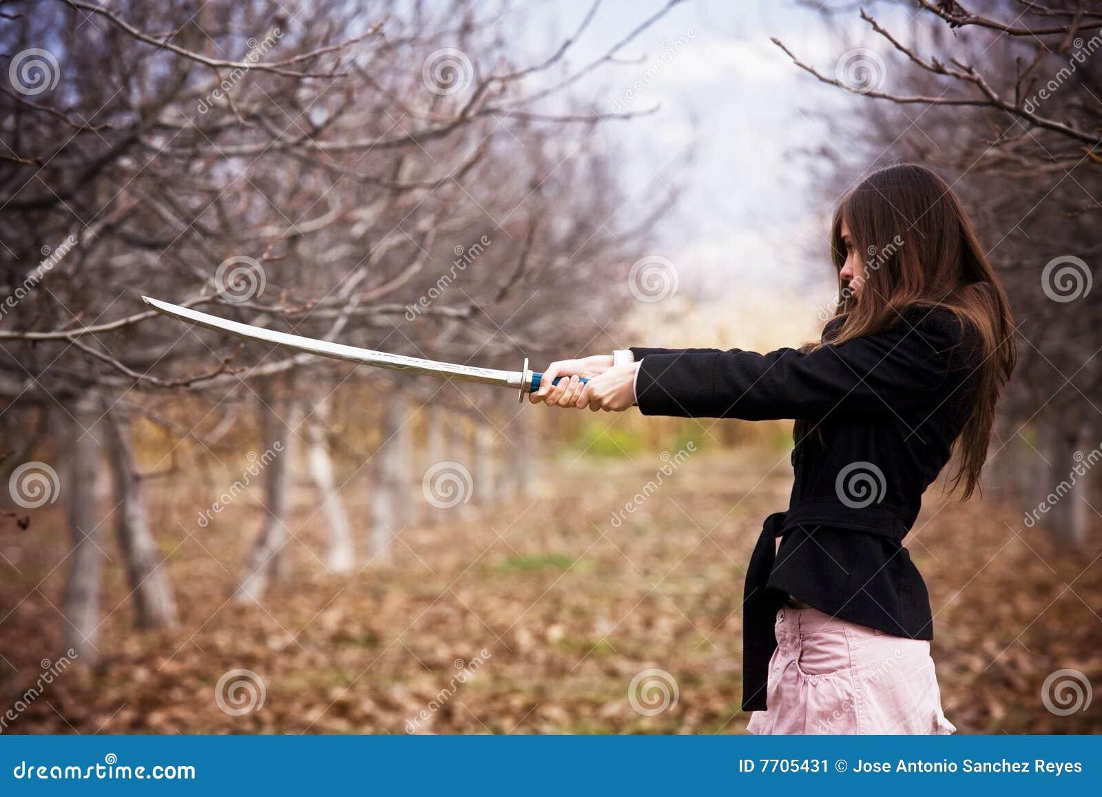 Mulher armada dos jovens
