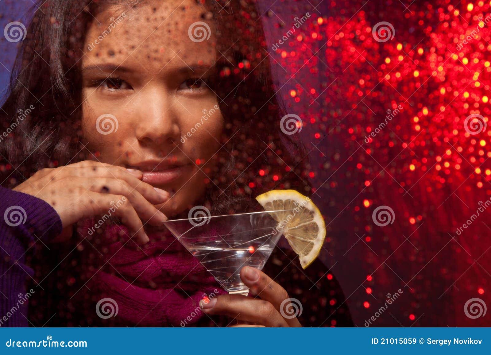Mulher asiática atrativa com bebida