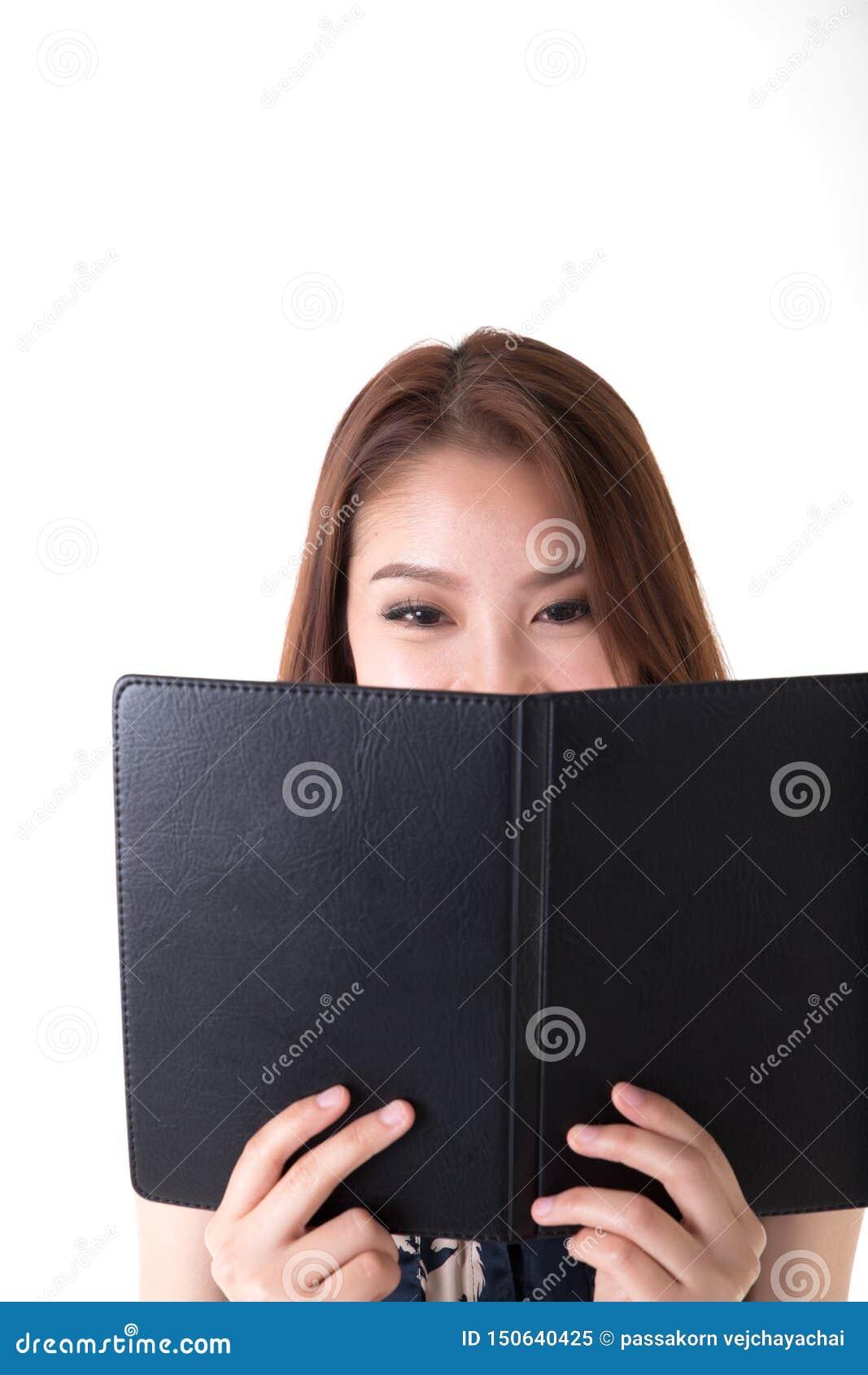 Mulher asiática do retrato que olha o caderno