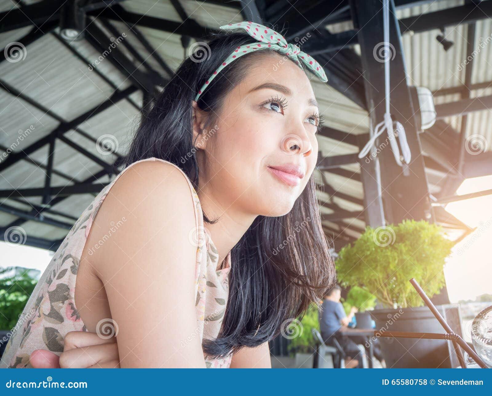 Mulher asiática em um restaurante