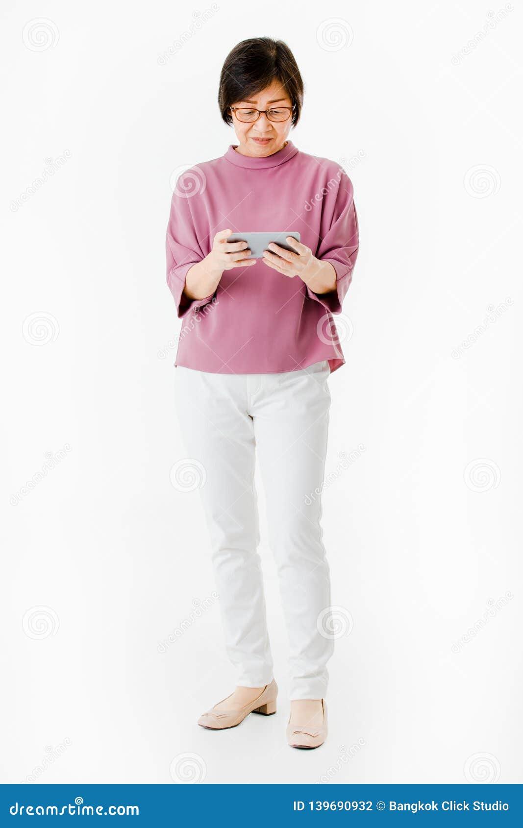 Mulher asiática idosa que olha para selecionar do smartphone e do olhar como a sensação para confundir e preocupar-se Conceito pa