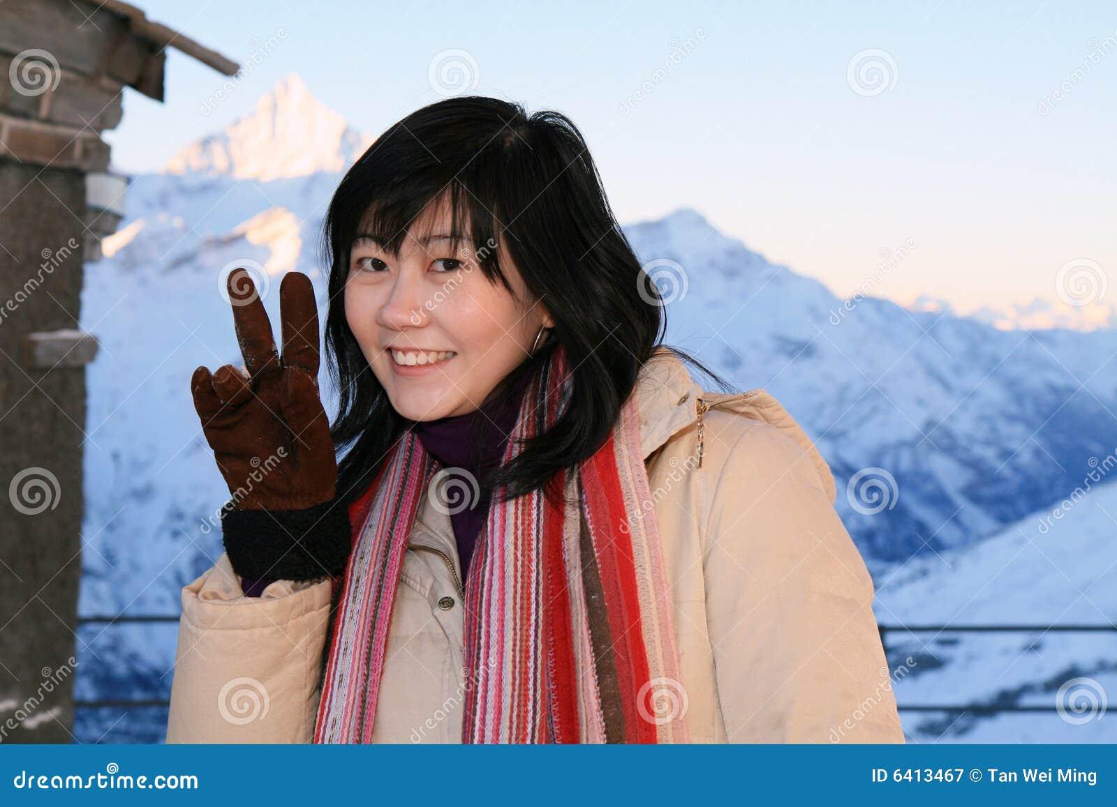Mulher asiática nos alpes
