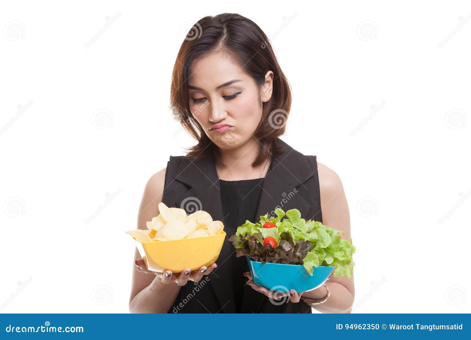 Mulher asiática nova com microplaquetas e salada de batata