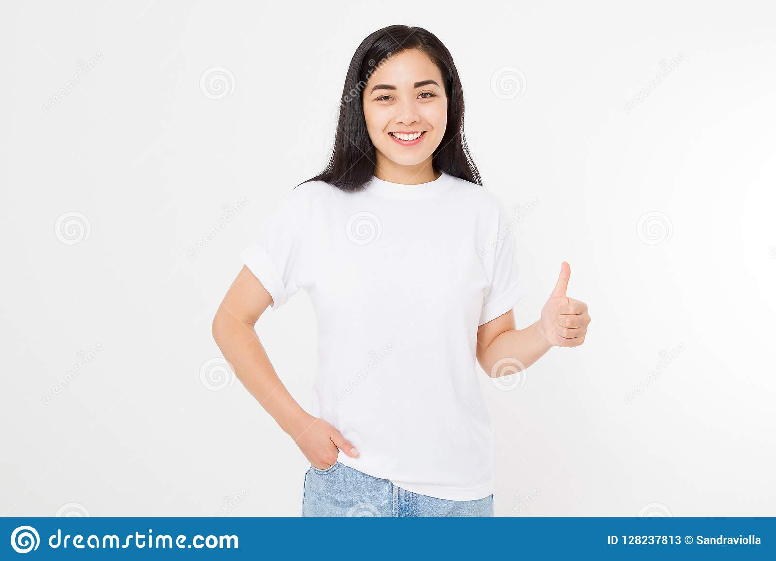 Mulher asiática nova na camisa da placa t do molde que mostra o polegar grande isolado acima no fundo branco Conceito feliz e do