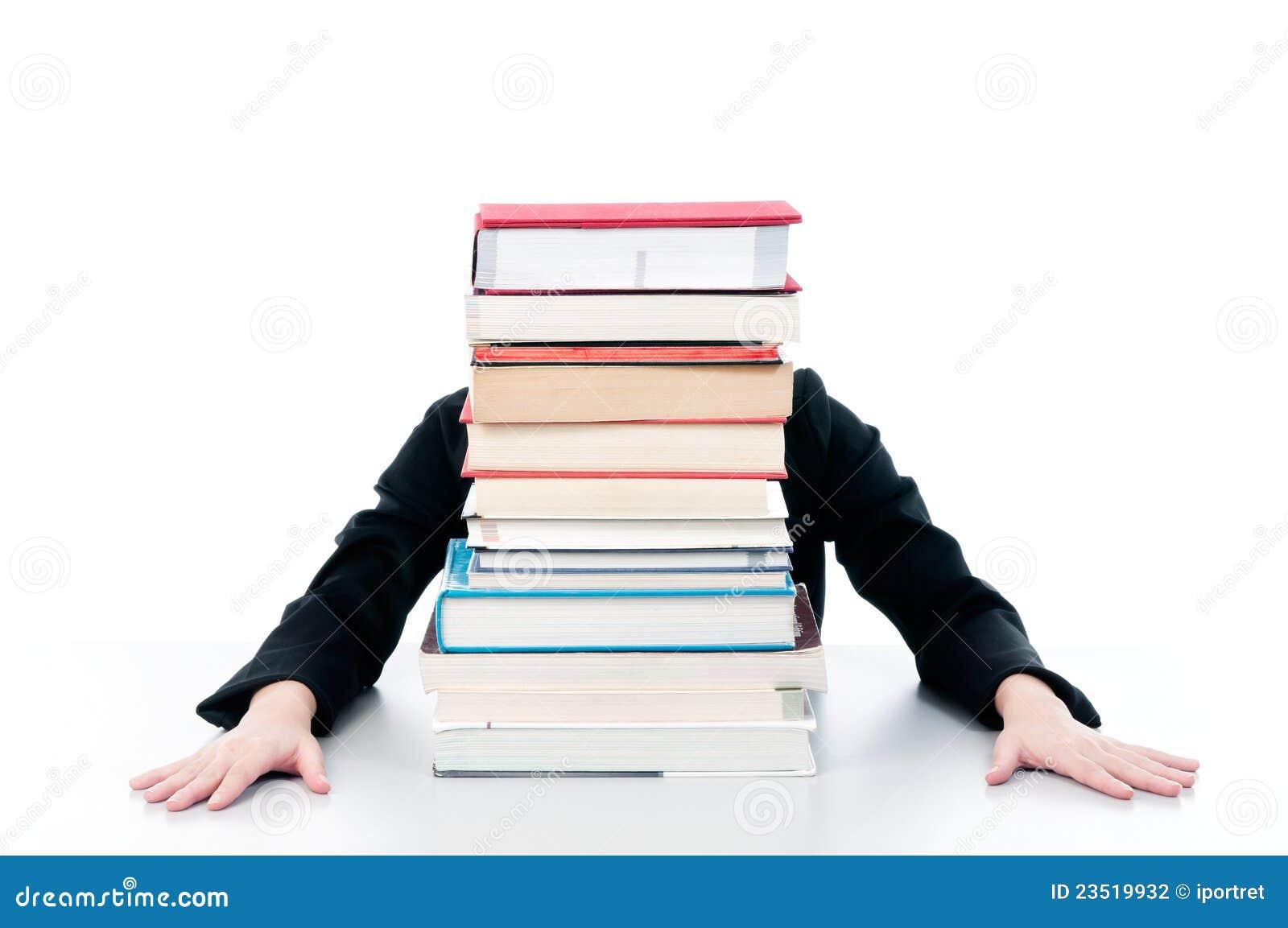 Mulher atrás dos livros