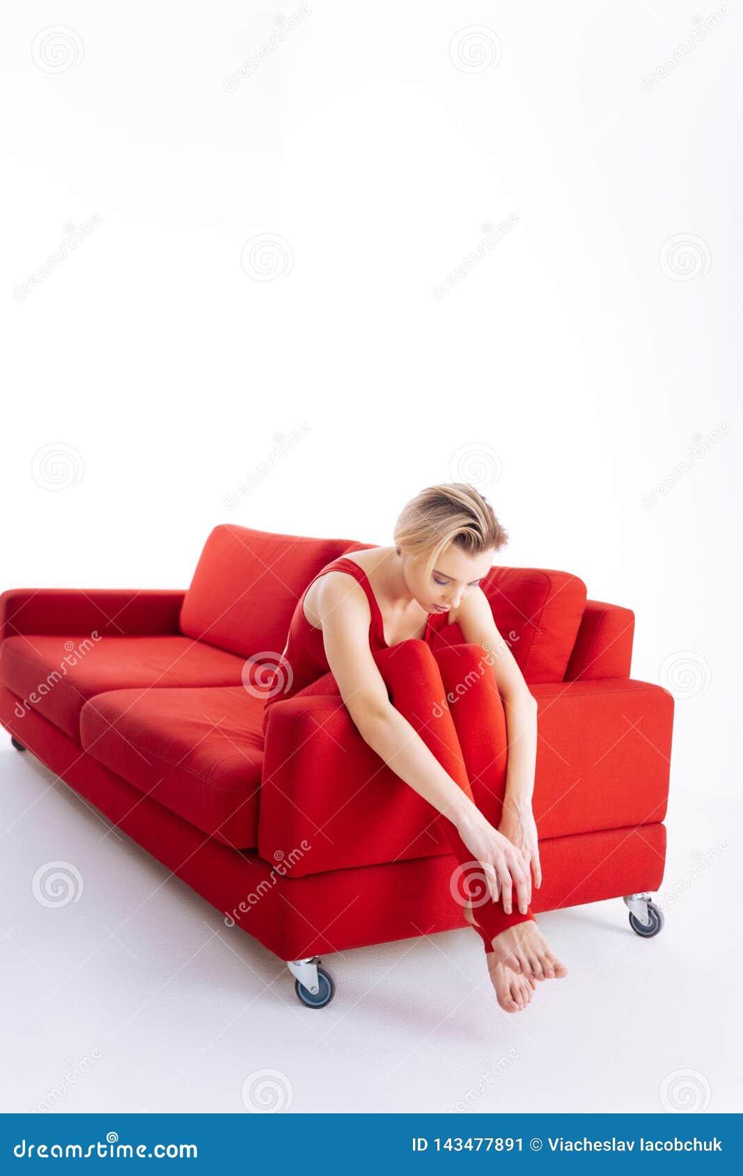 Mulher atrativa agradável que tem um momento a descansar