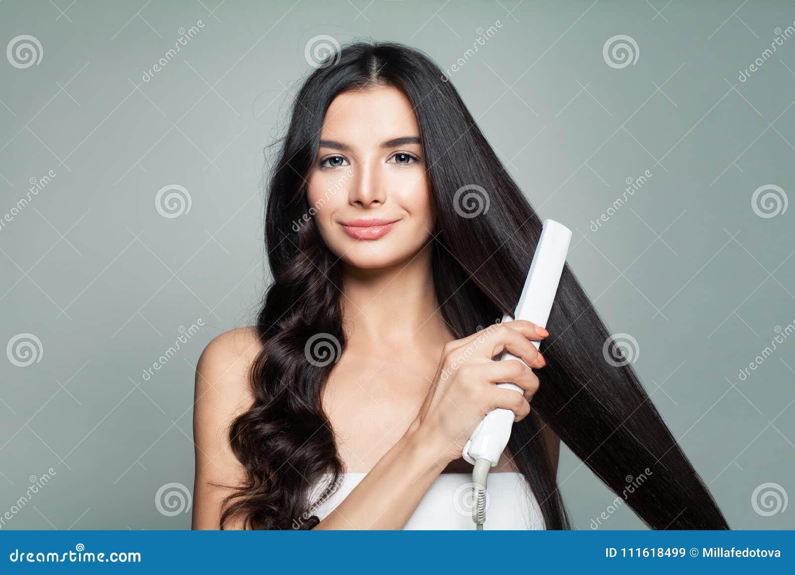 Mulher atrativa com cabelo encaracolado e cabelo reto longo