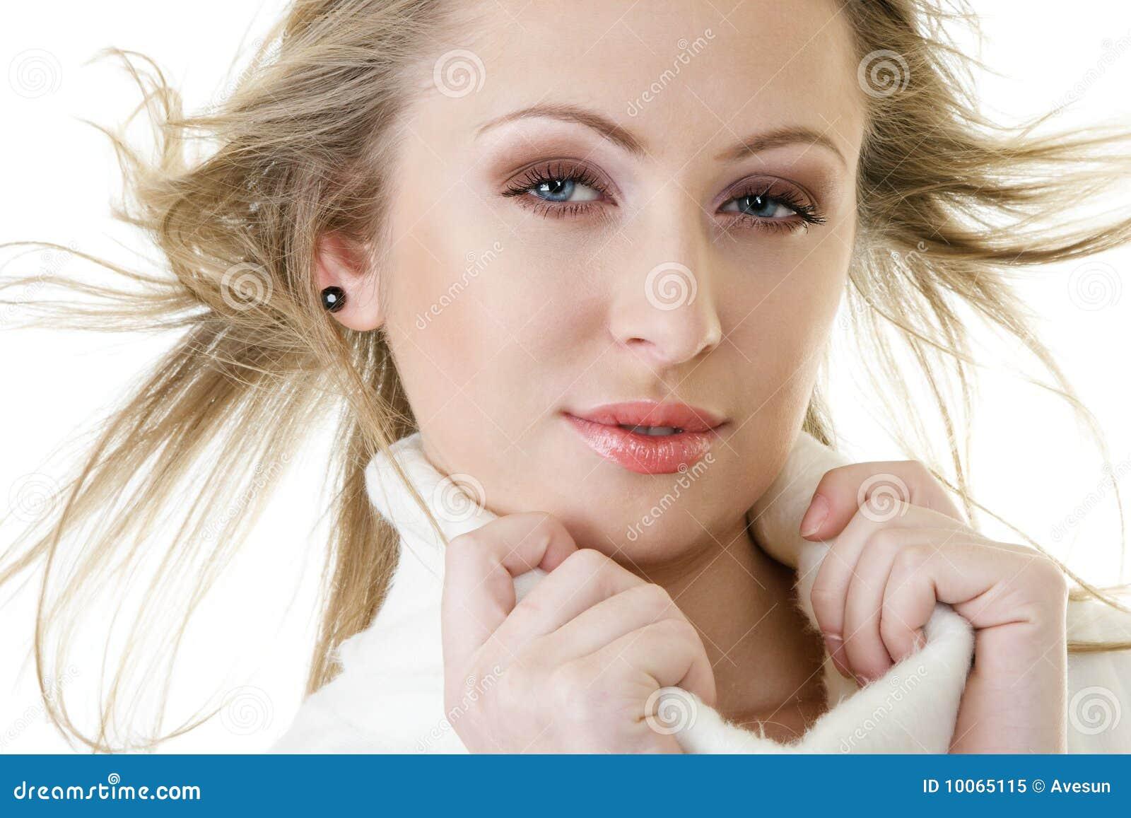 Mulher atrativa com cabelo fly-away