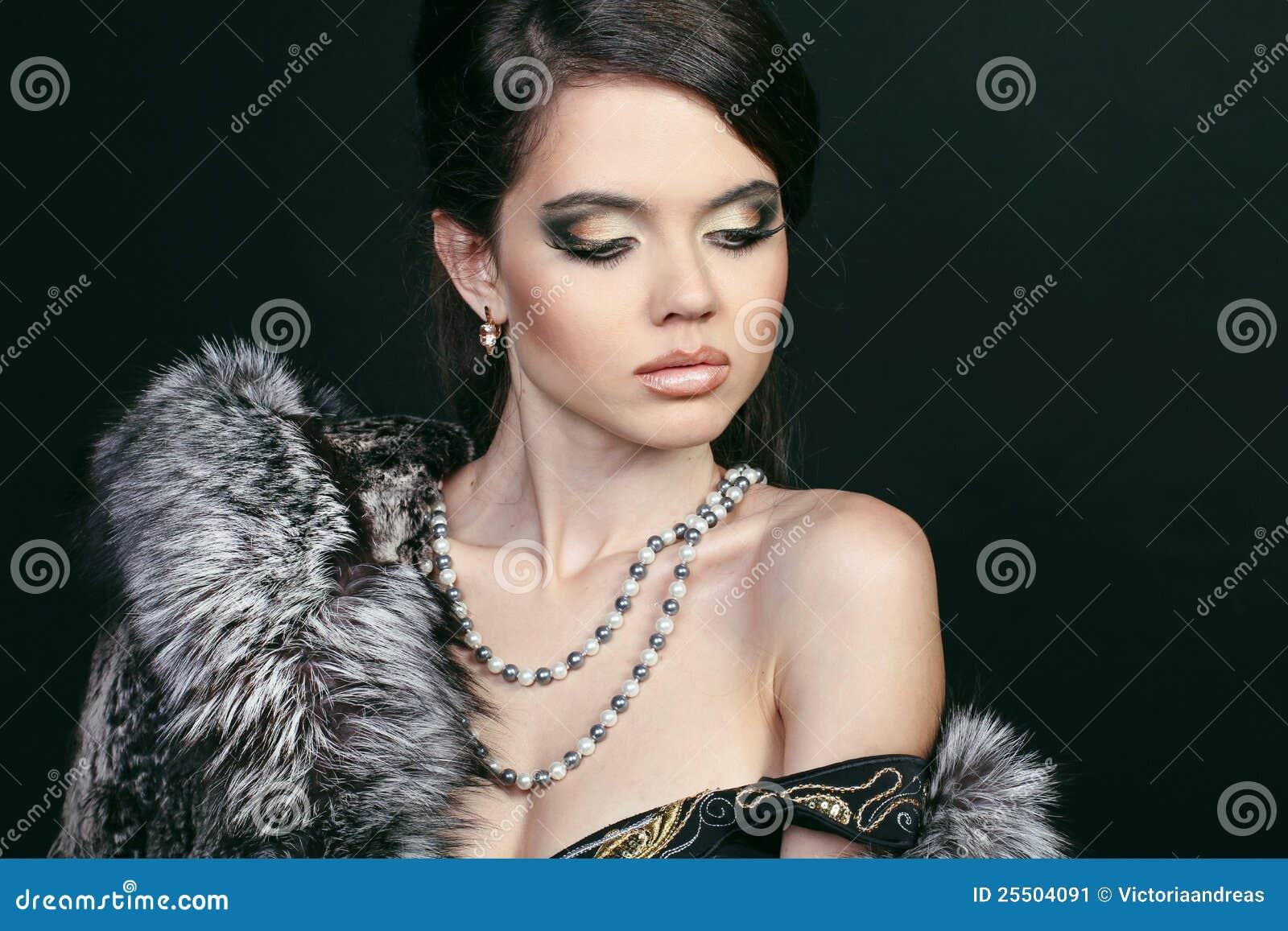 Mulher atrativa da forma no casaco de pele