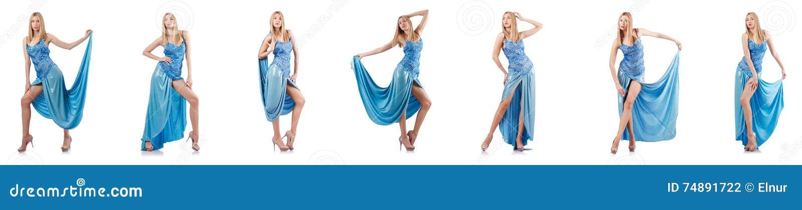 A mulher atrativa no vestido azul no branco