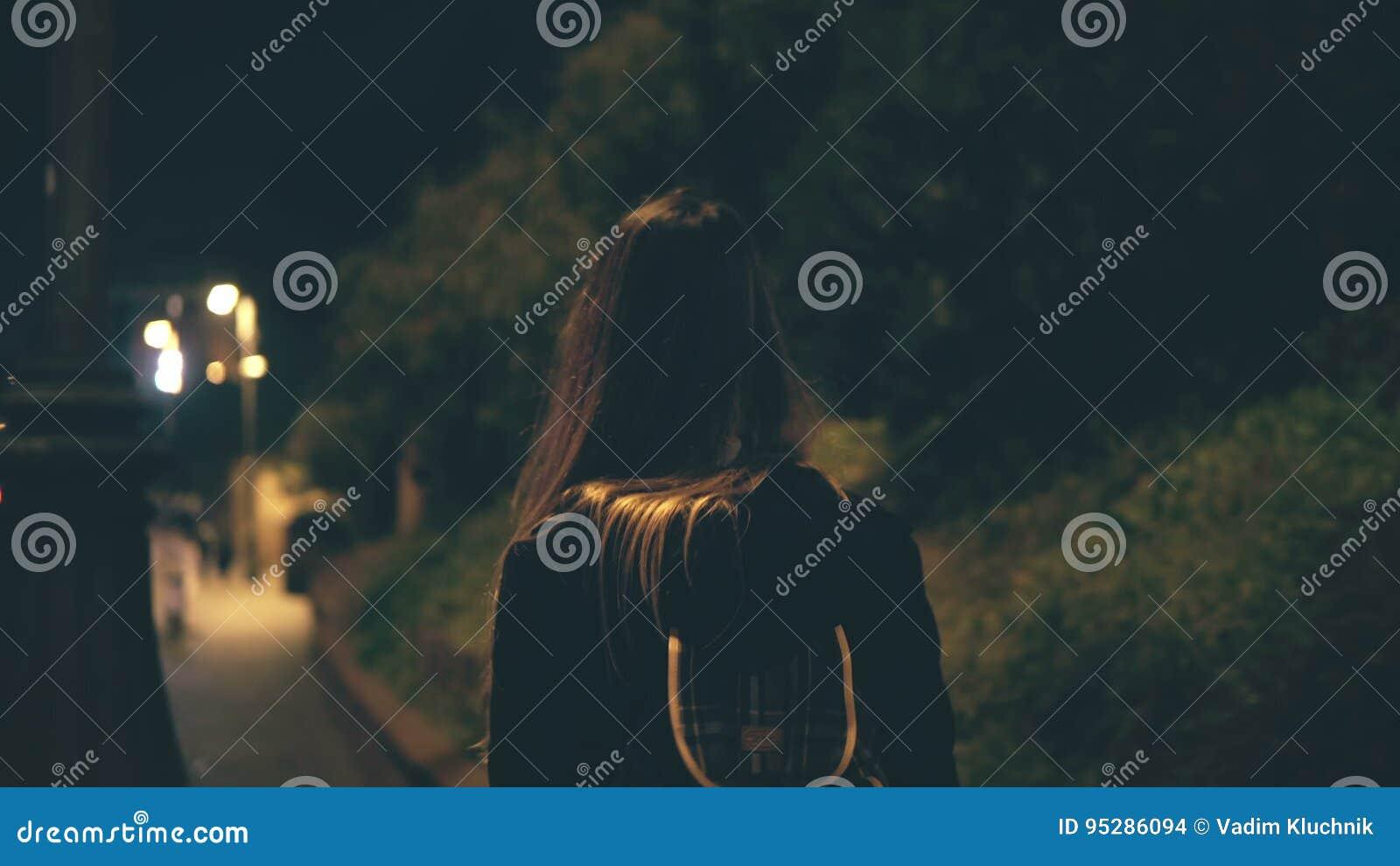 Mulher atrativa nova que anda tarde na noite apenas em Roma, Itália A menina atravessa o centro de cidade perto do Colosseum